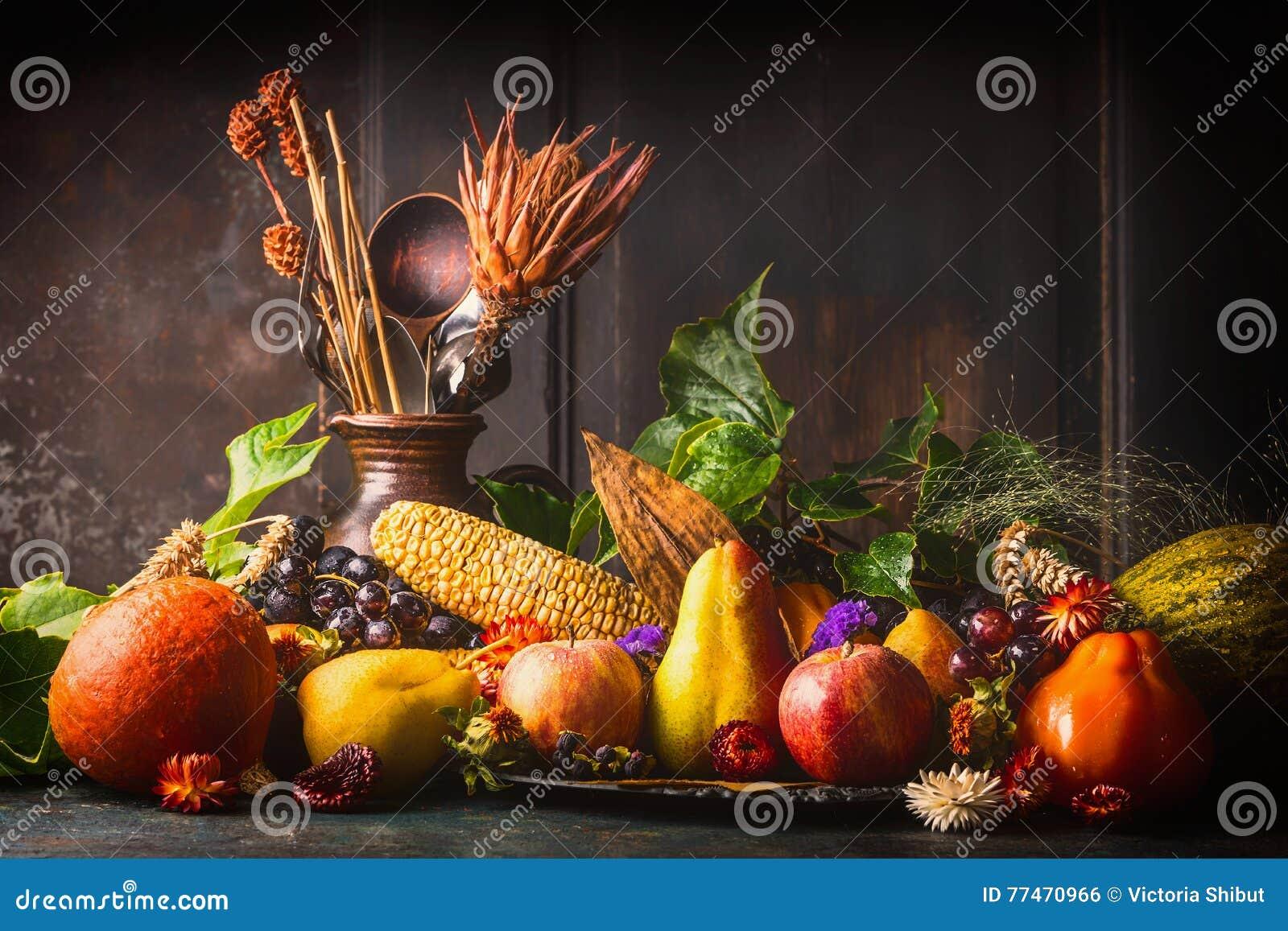 Verschiedene Fallobst Und Gemüse -auf Dunklem Rustikalem Küchentisch ...