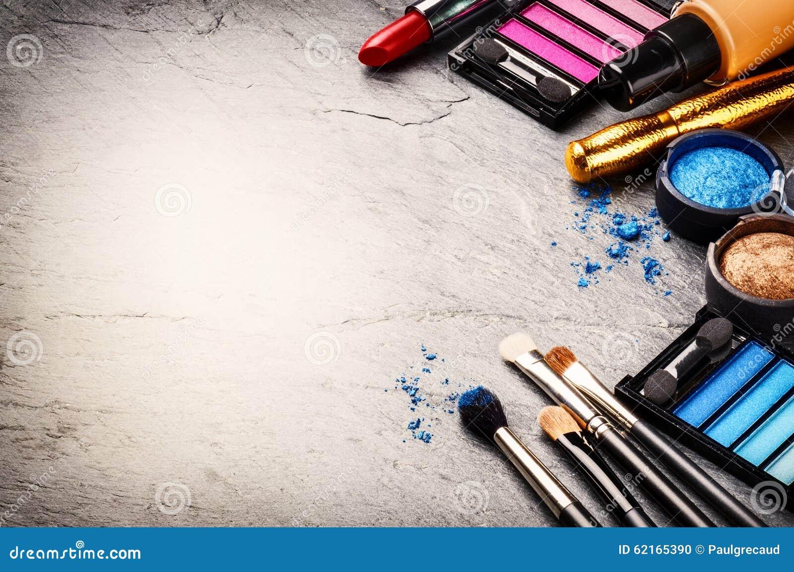 Verschiedene kosmetische Produkte auf dunklem Hintergrund