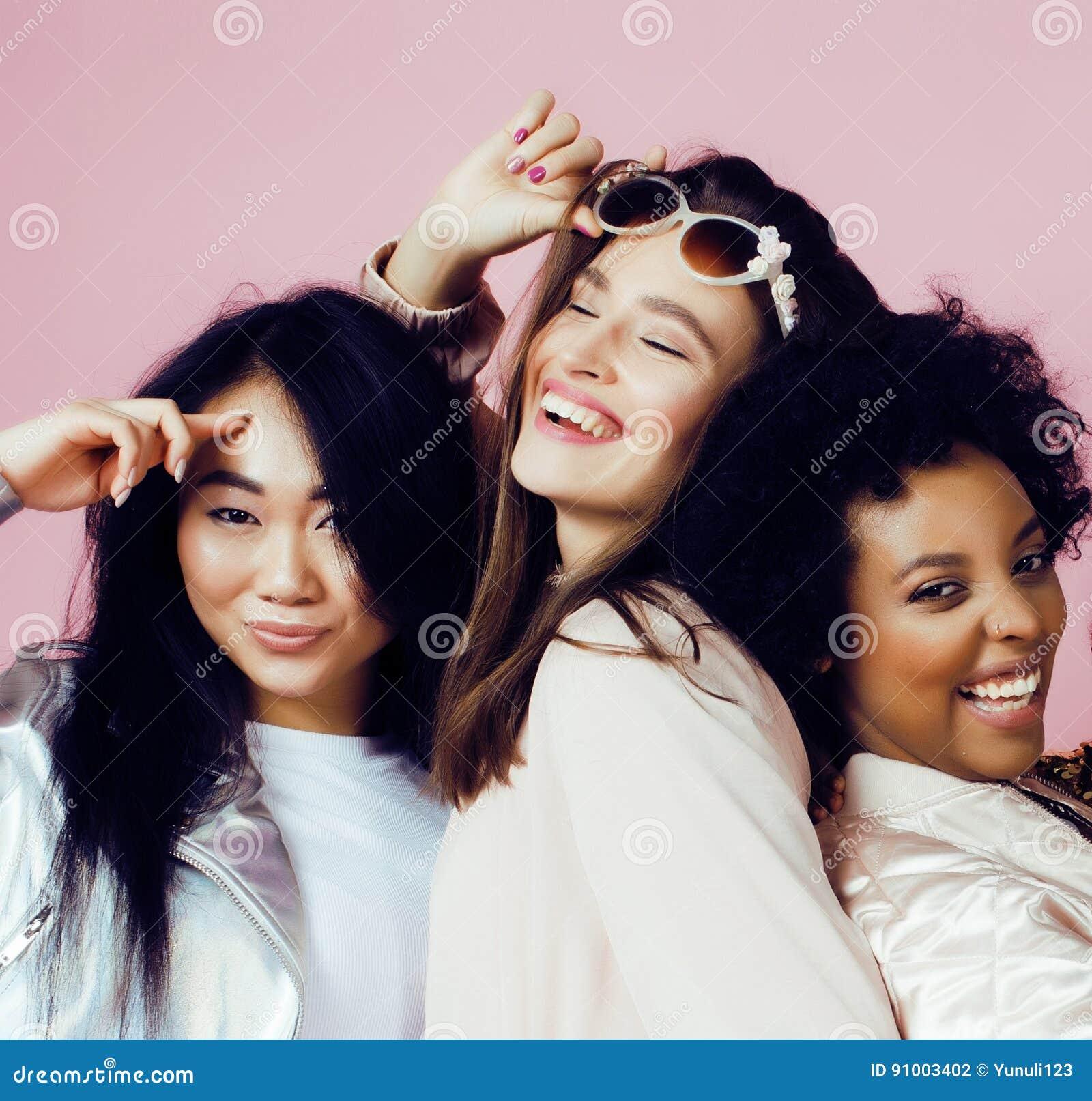 Verschiedene Nationsmädchen mit diversuty in der Haut, Haar Asiatisch, skandinavisch, nettes emotionales an aufwerfen des Afroame