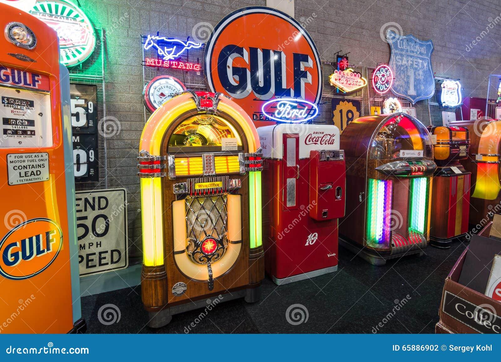 Retro Kühlschrank Coca Cola : Verschiedene retro musikautomaten und retro kühlschrank coca cola