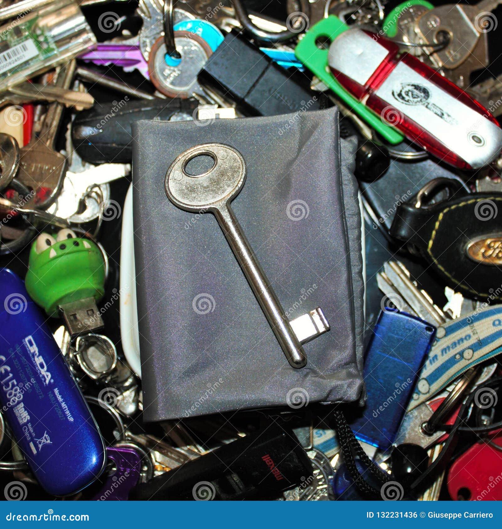 Verschiedene Schlüssel von verschiedenen Arten und von Größen mit einem Schlüssel in der Mitte