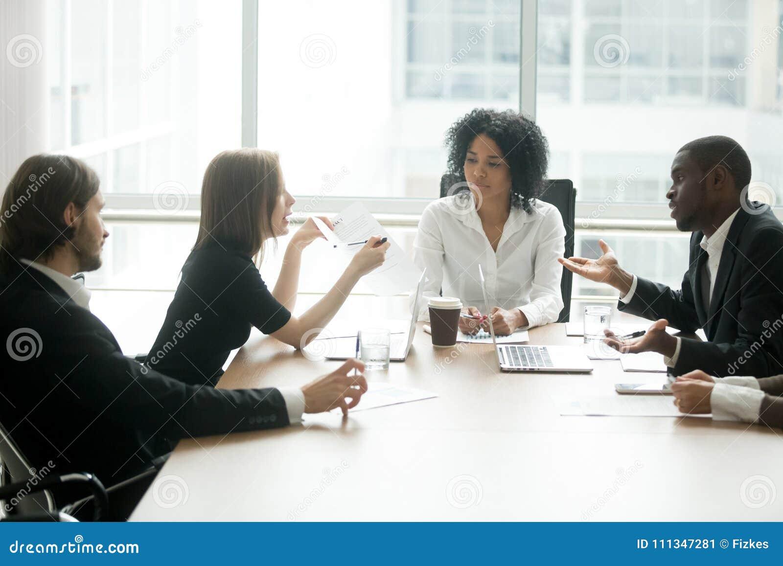 Verschiedene Teilhaber, die über schlechten Vertrag an der Gruppe mich argumentieren