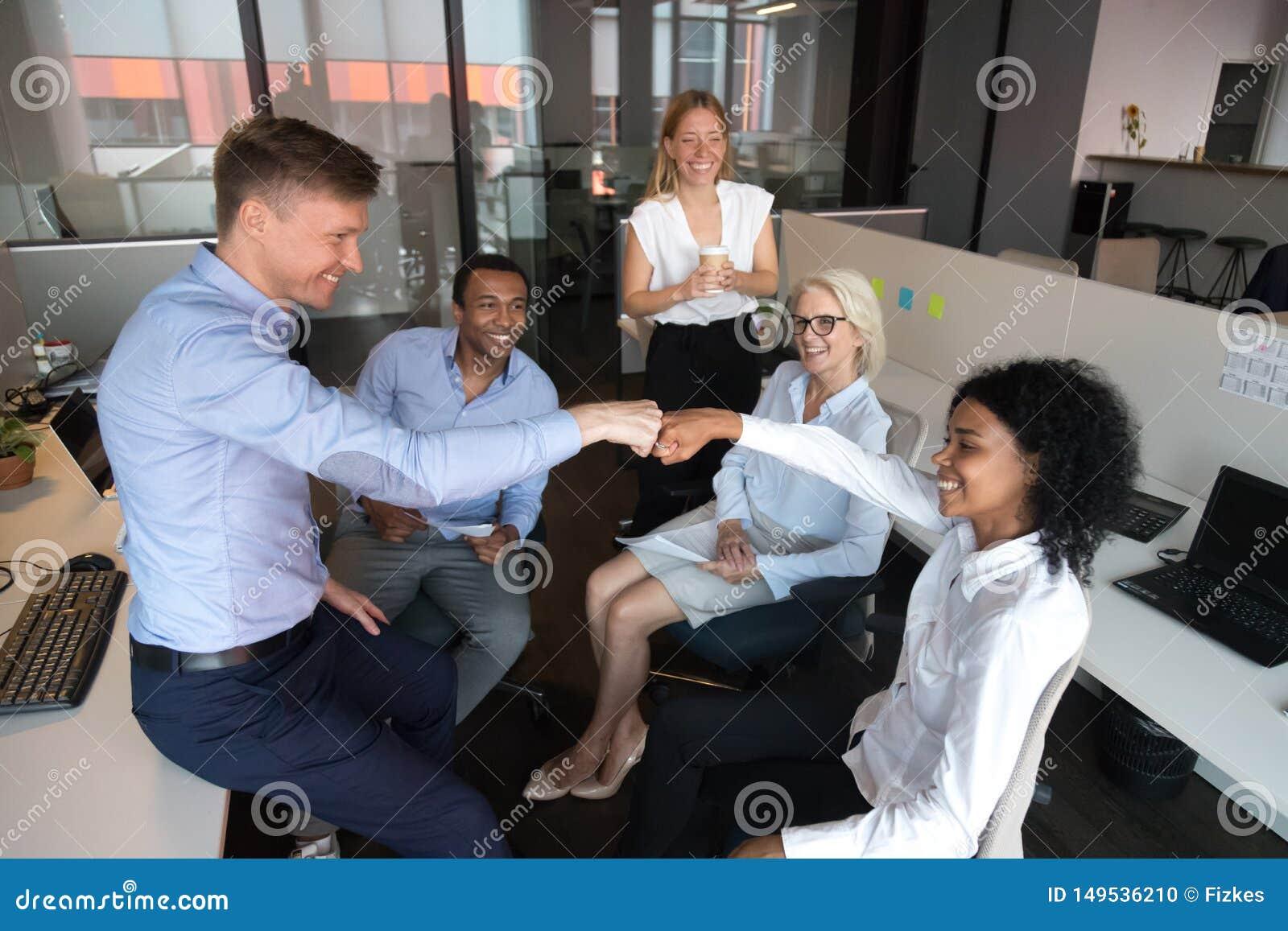 Verschiedenes Kollegefauststo?en, Teamwork-Erfolg an der Anweisung feiernd