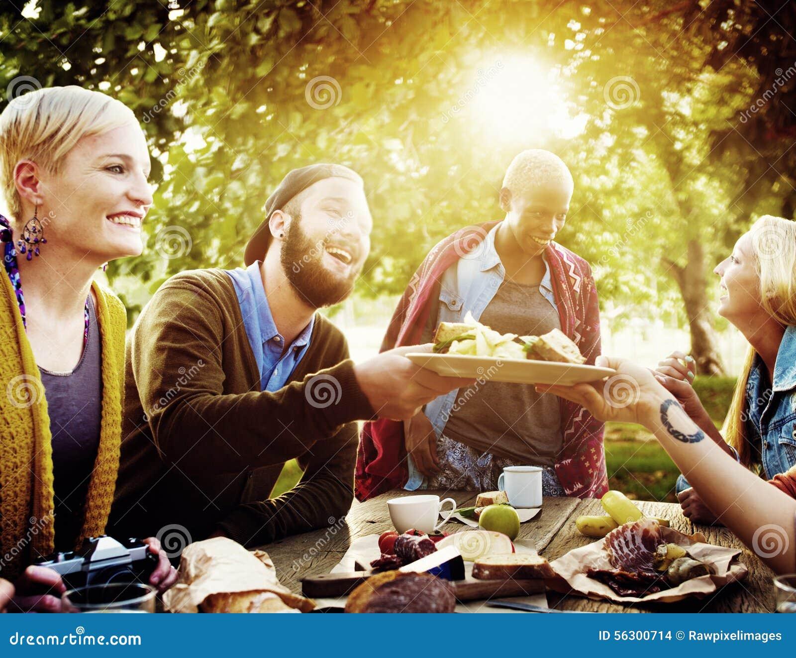 Verschiedenes Leute-Mittagessen-draußen Lebensmittel-Konzept