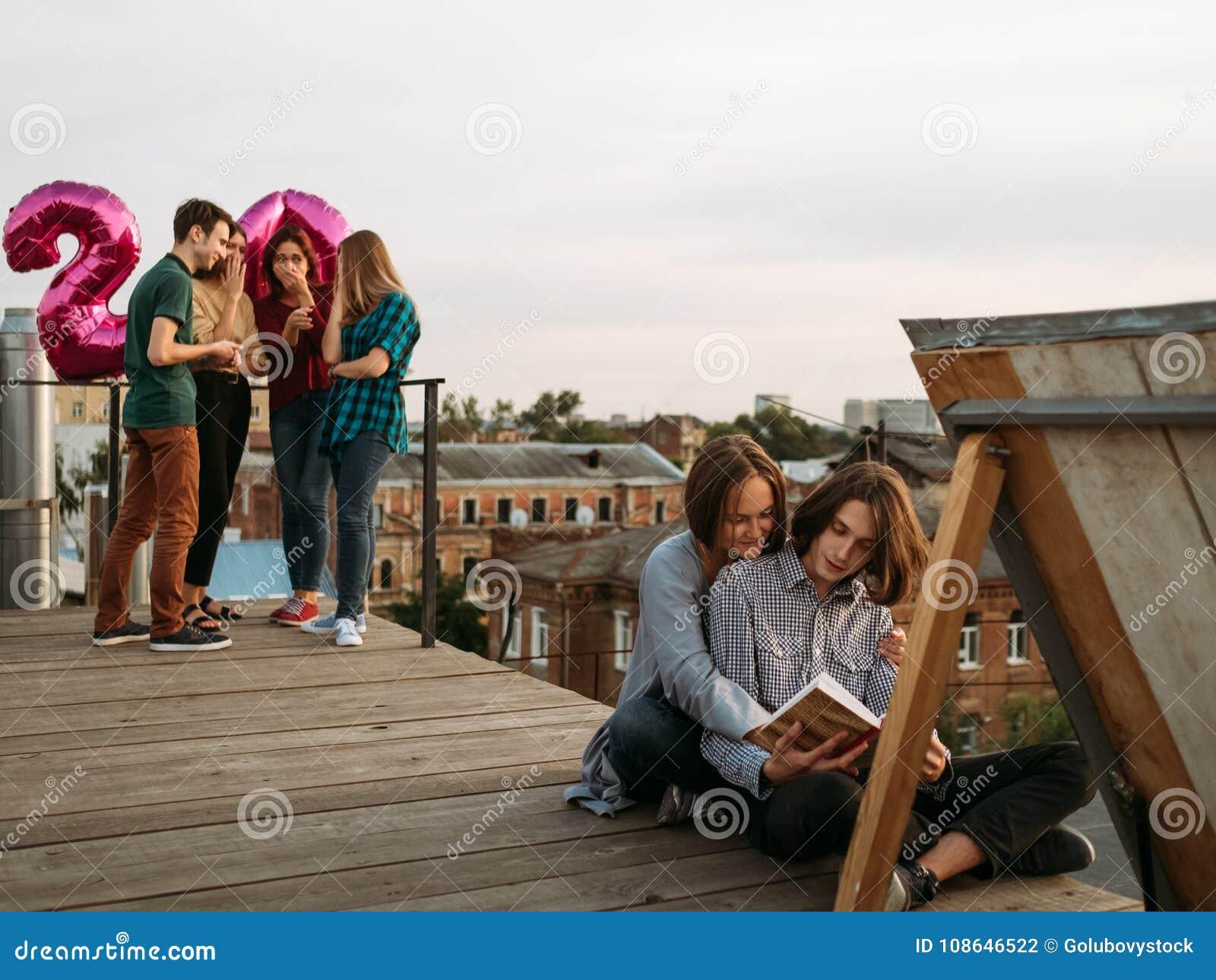 Verschillende bespotte de levensstijlbelangen van het lezingsboek