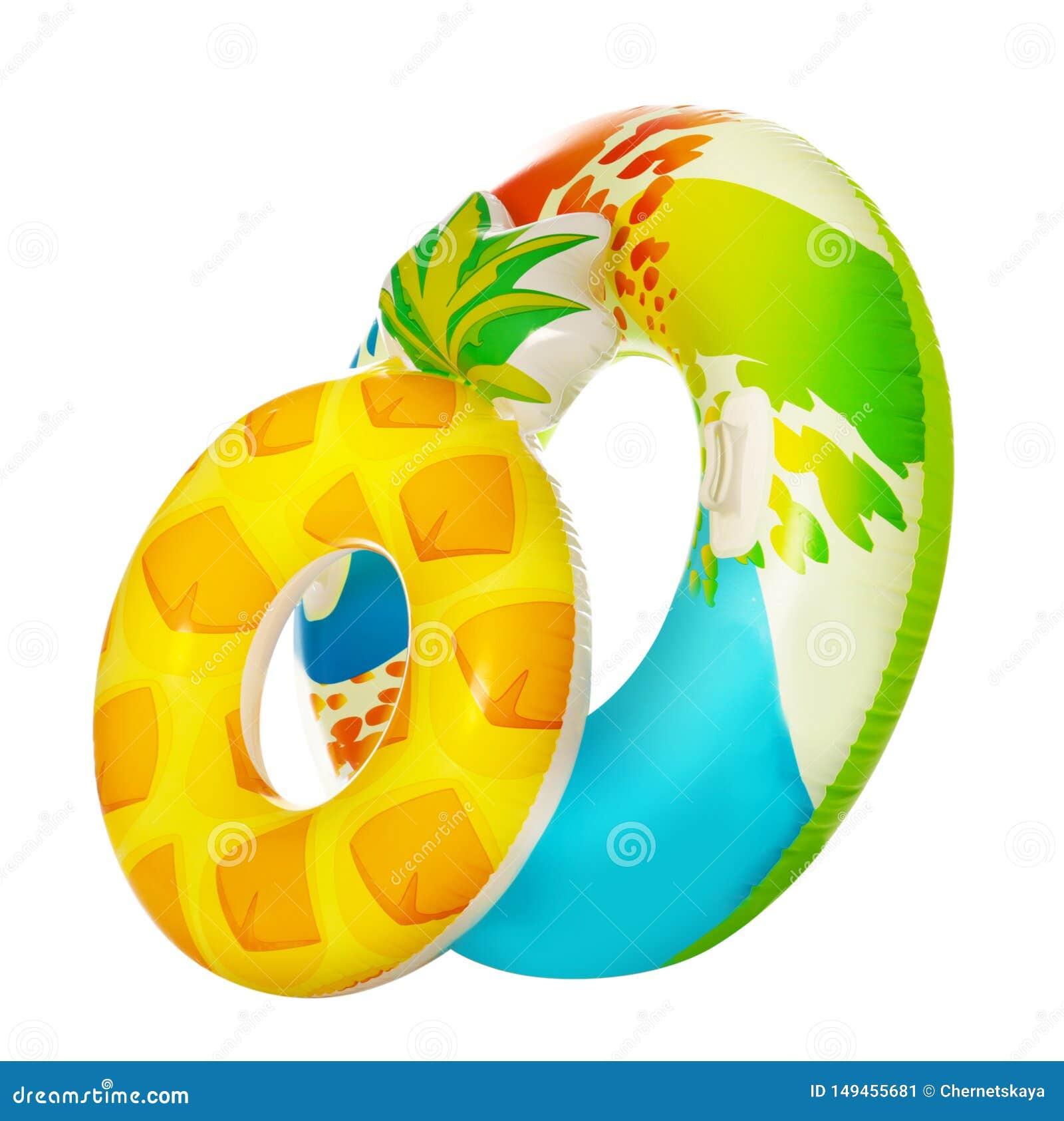 Verschillende heldere opblaasbare ringen op wit De vakantie van de zomer