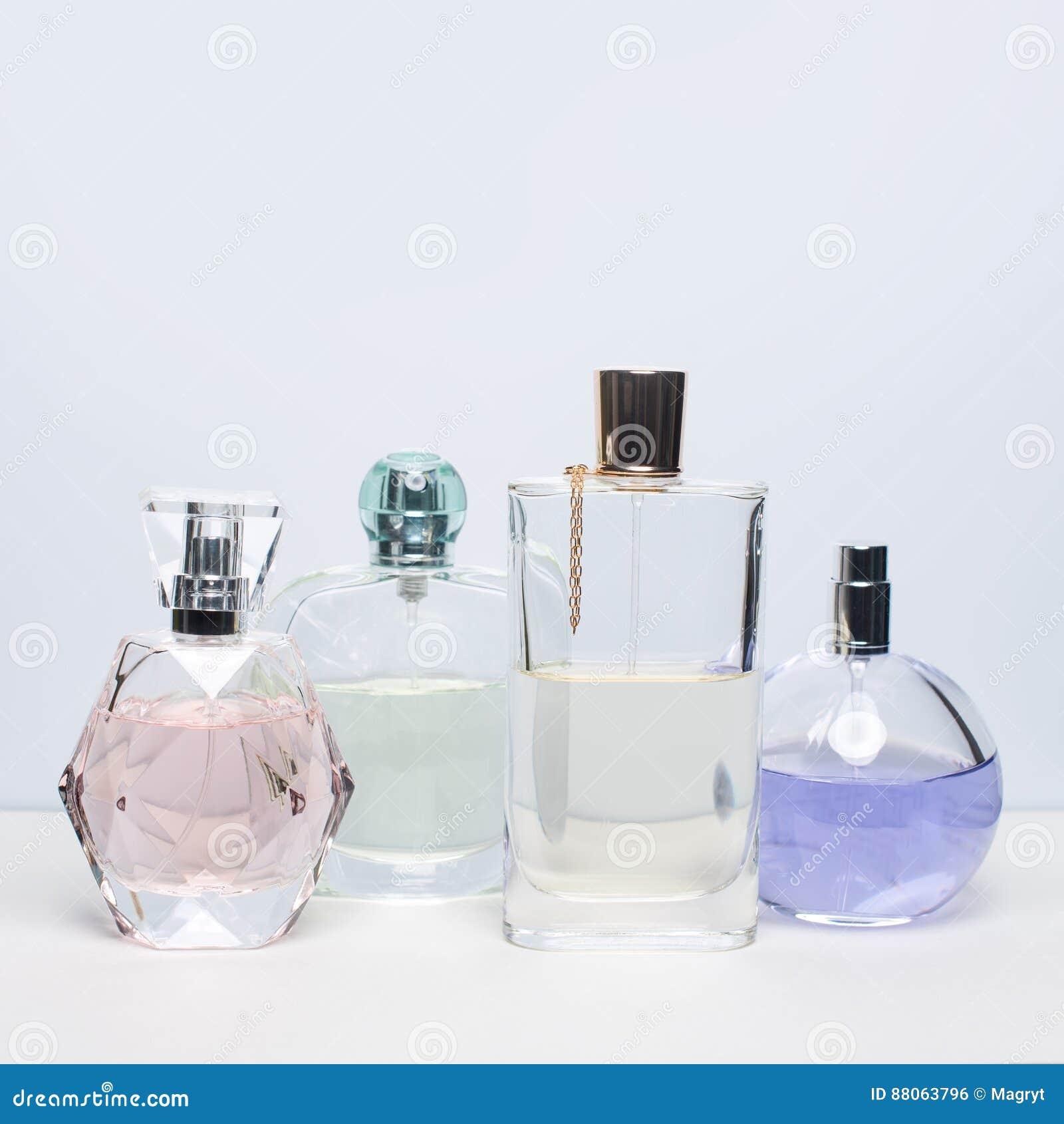 Verschillende parfumflessen op witte achtergrond Parfumerie, schoonheidsmiddelen