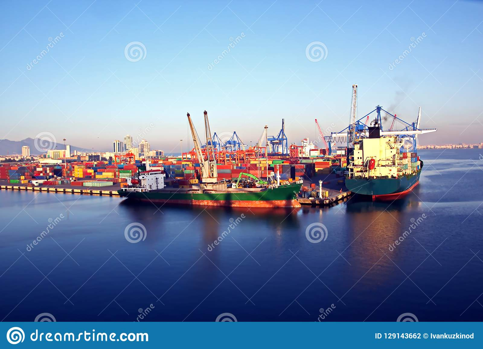 Verschillende types van droge lading, passagiers en containerschepen in motie en vastgelegd bij de haven van Izmir, Turkije