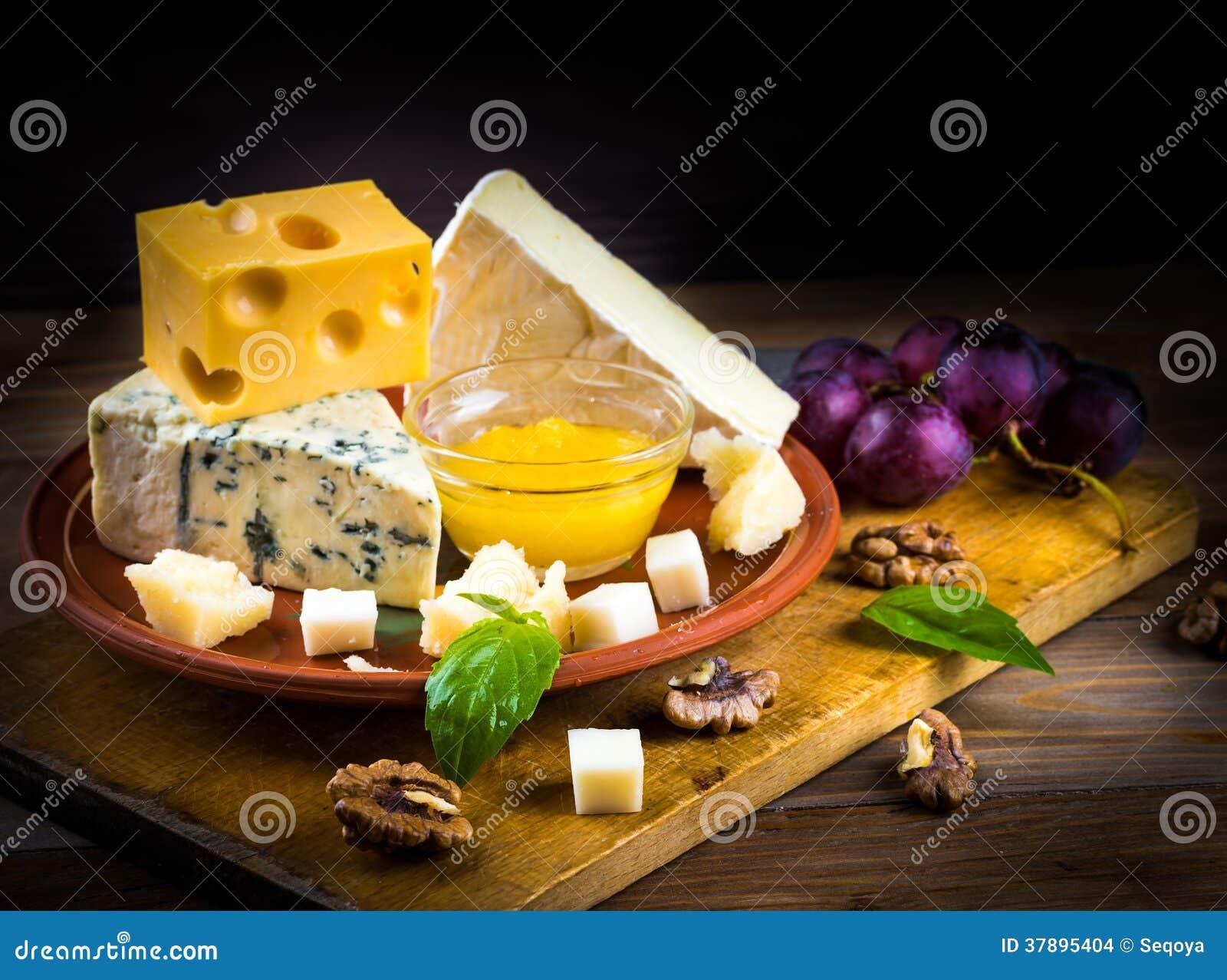 Verschillende verscheidenheden van kaas met okkernoten