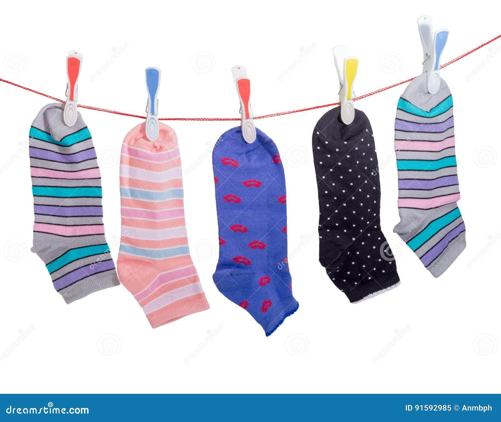 verschillende vrouwen s sokken op de waslijn met