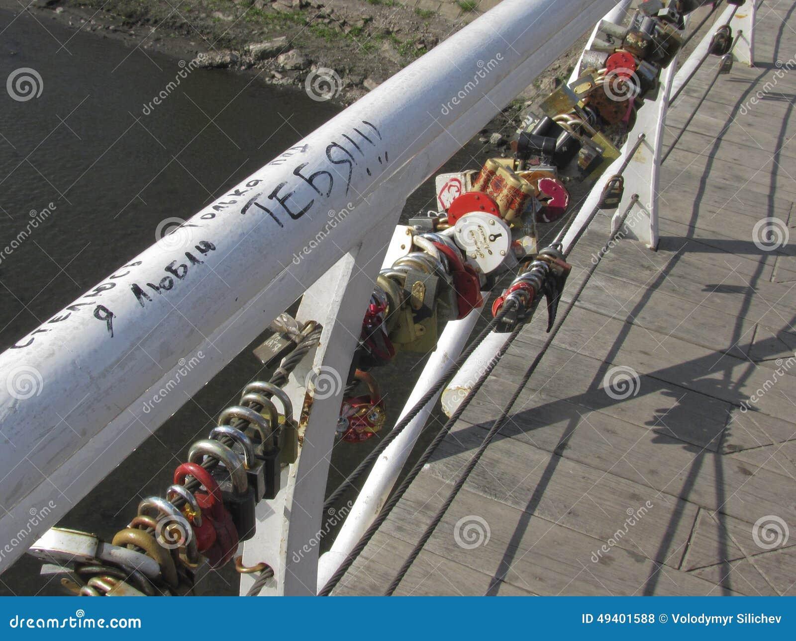 Download Verschlüsse, Als Symbol Der Ewigen Liebe Miteinander Auf Der Brücke O Redaktionelles Stockfoto - Bild von wasser, fluß: 49401588