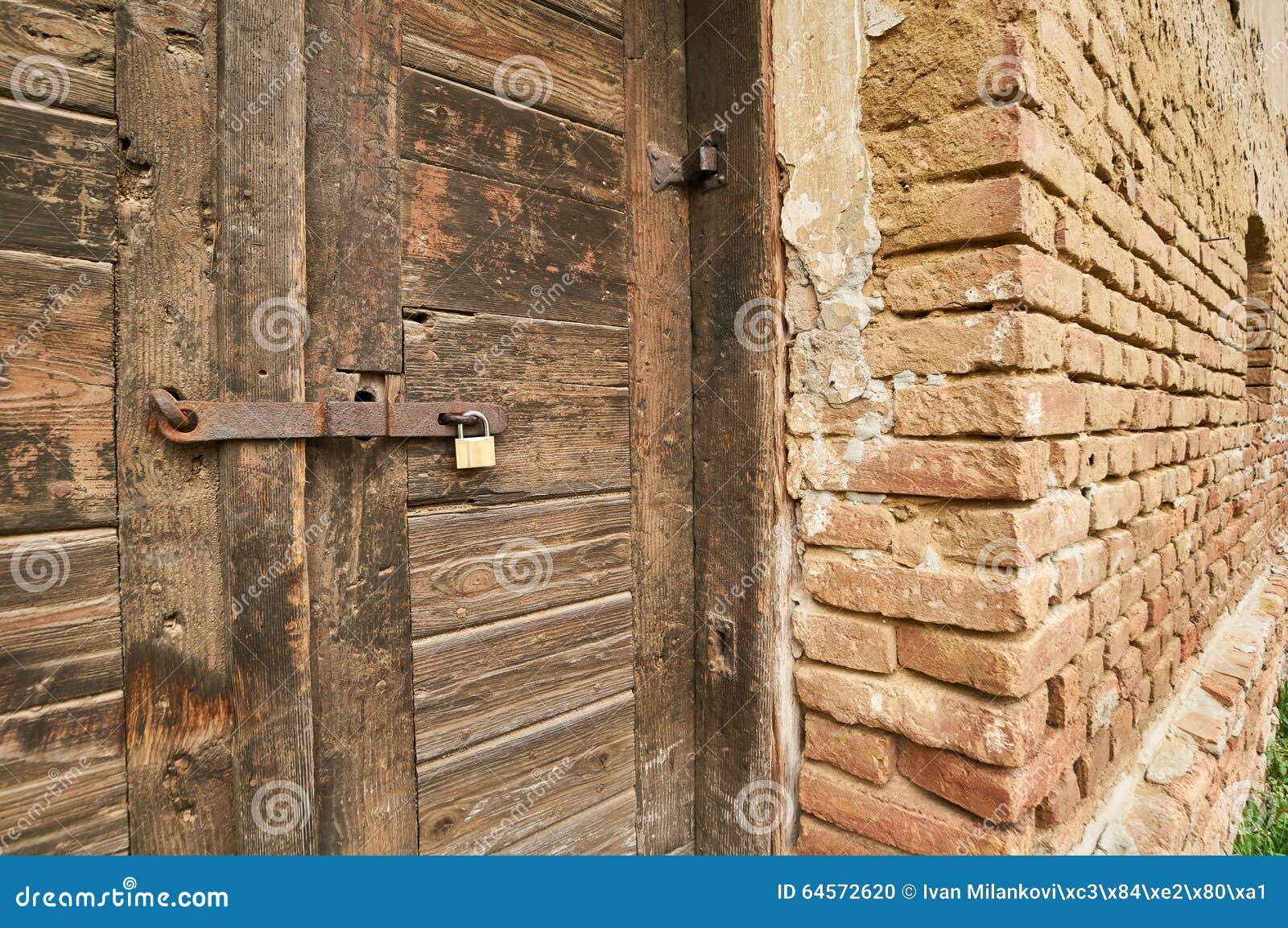 Verschlossene tür  Verschlossene Tür Stockfoto - Bild: 64572620