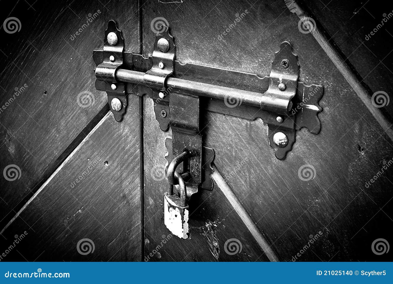 Verschlossene tür  Verschlossene Tür. Alte Verriegelung. Stockfoto - Bild: 21025140