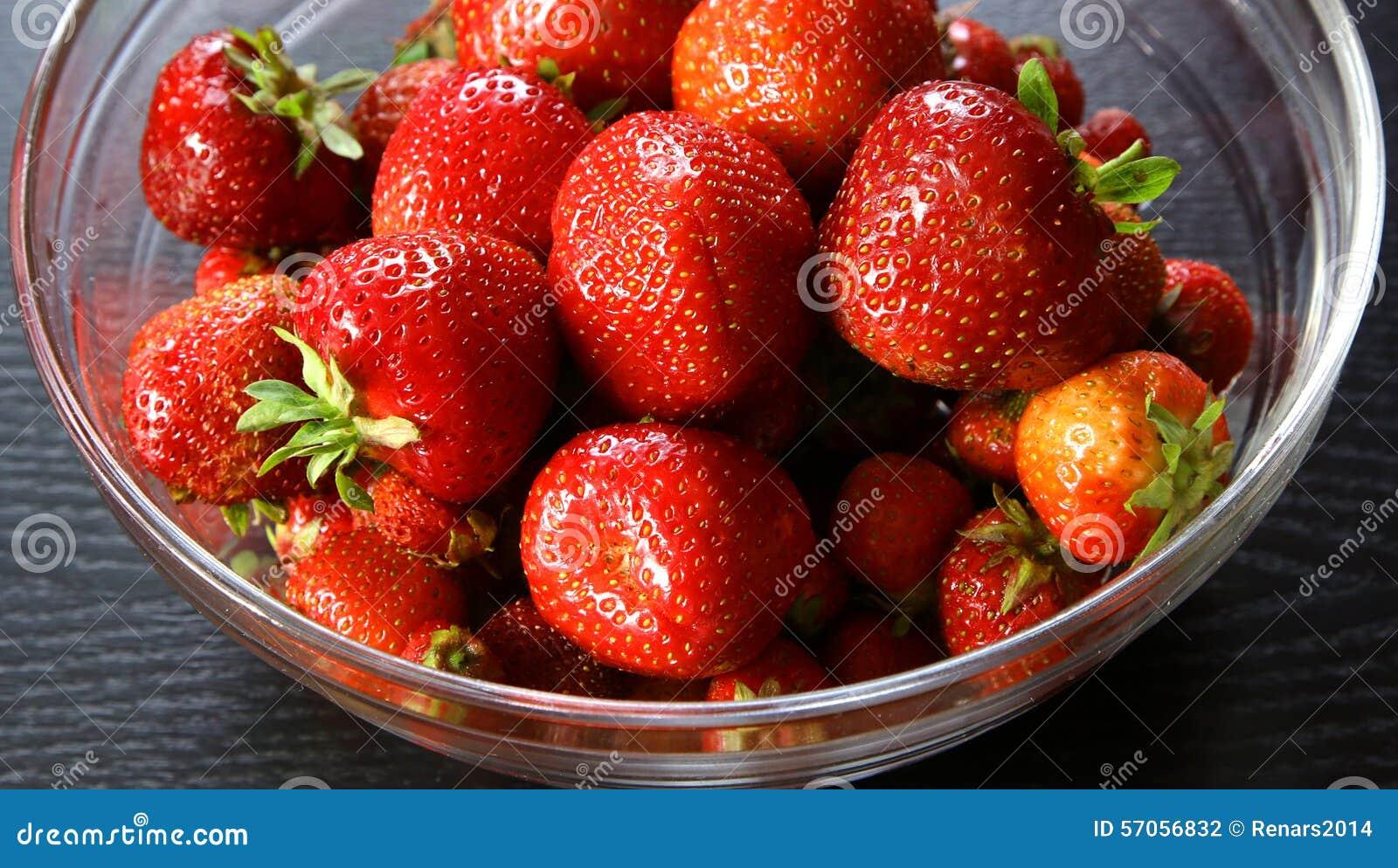 Verse aardbeien in kom