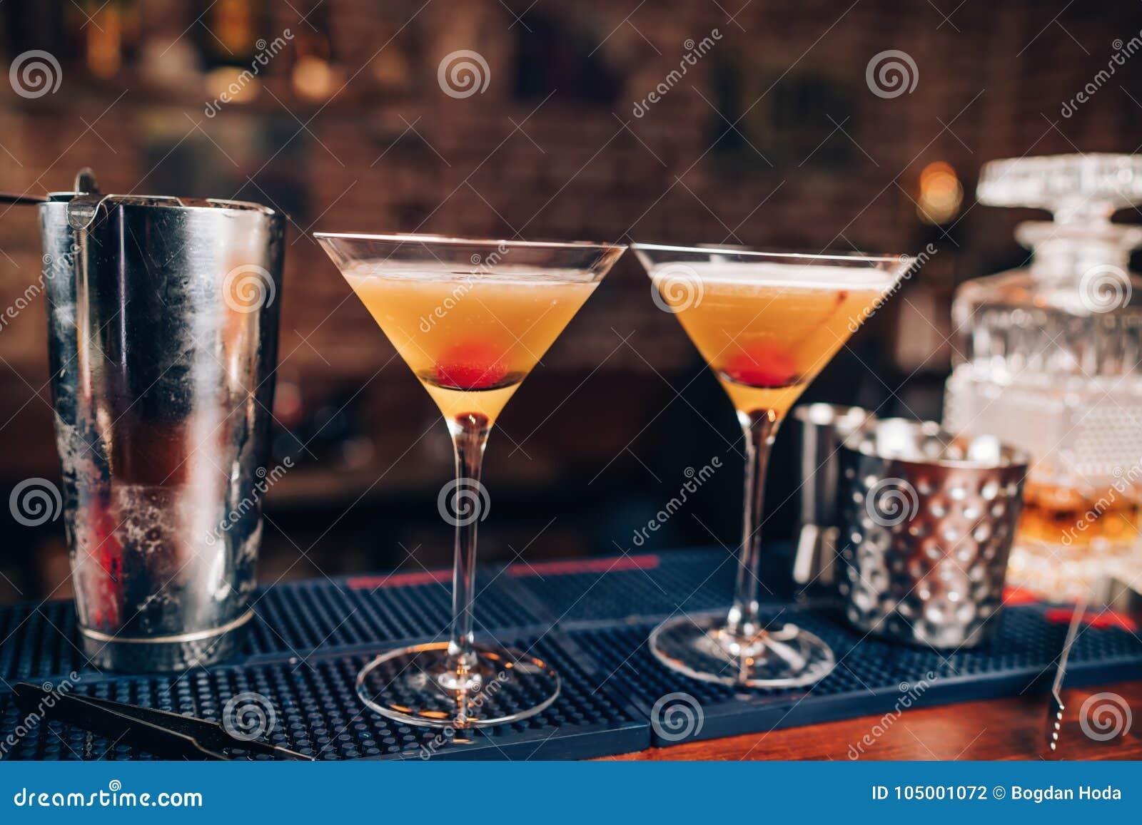 Verse alcoholische cocktails op barteller Sluit omhoog van bardetails met dranken en dranken