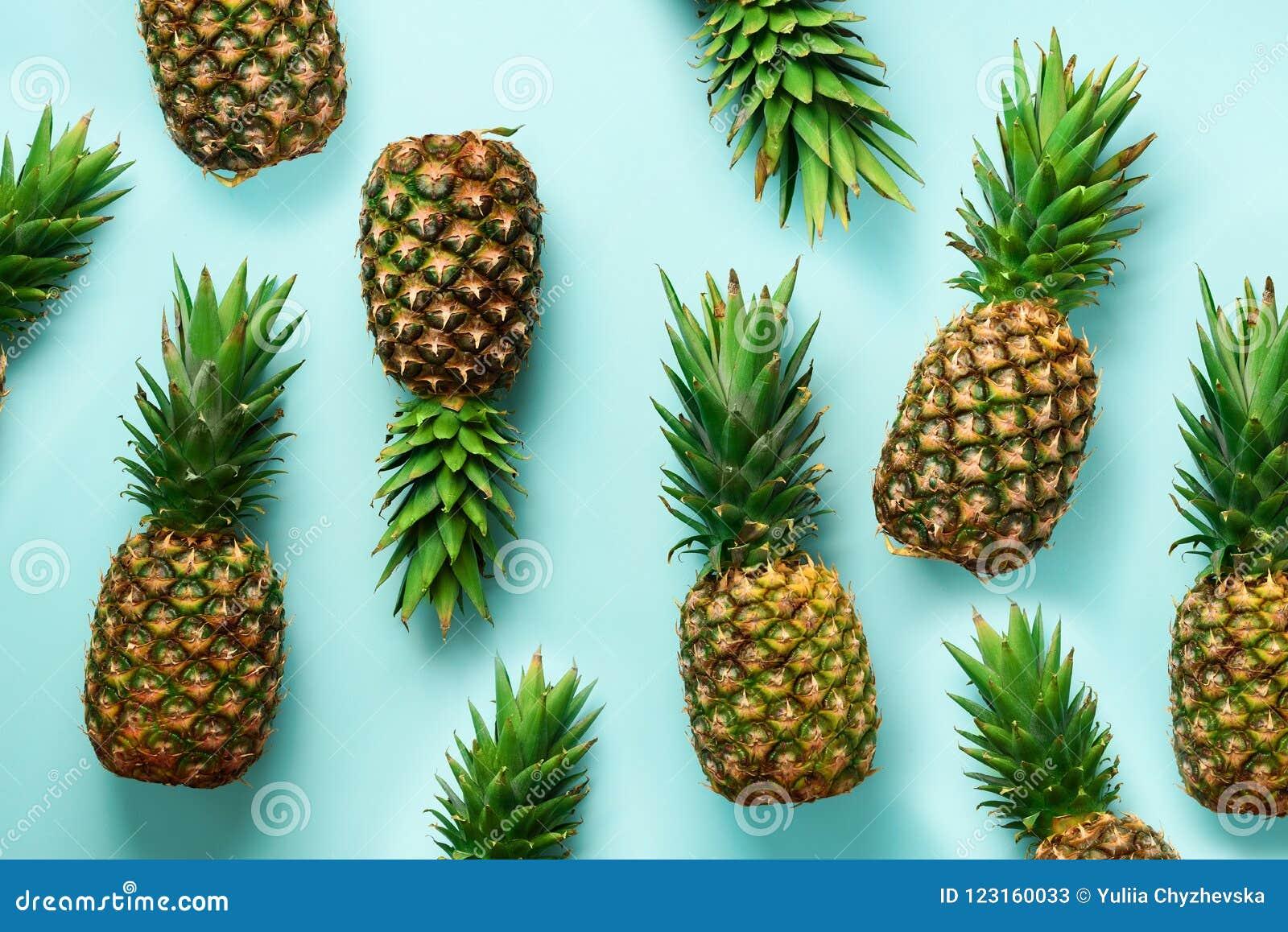 Verse ananassen op blauwe achtergrond Hoogste mening Pop-artontwerp, creatief concept De ruimte van het exemplaar Helder ananaspa