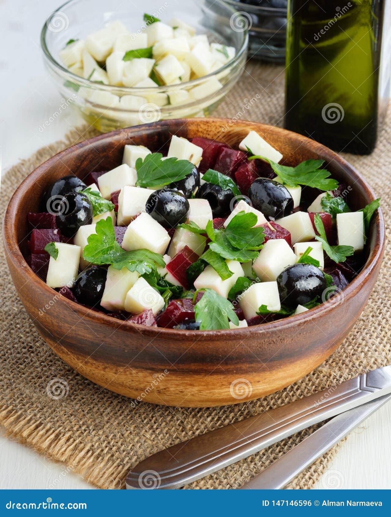 Verse bietensalade, feta-kaas, olijven en olijfolie, vegetarisme
