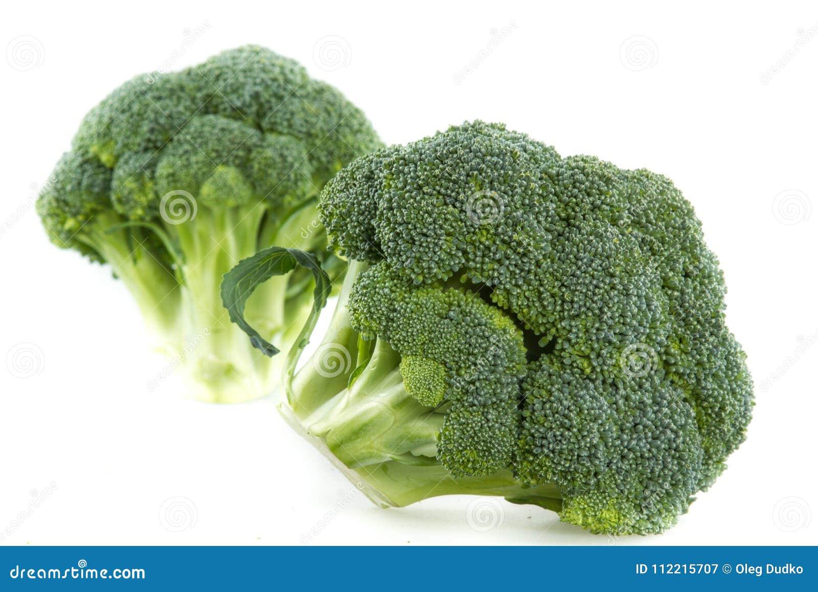 Verse broccoli die op wit worden geïsoleerde