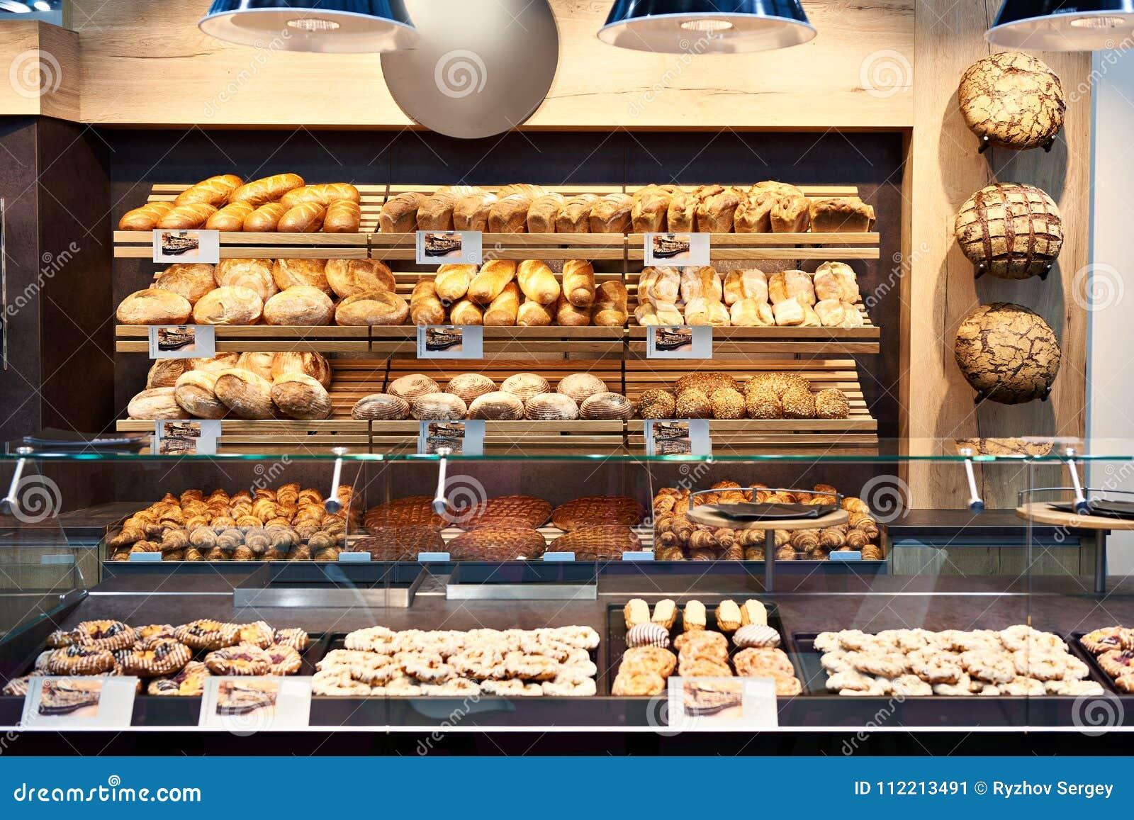 Verse brood en gebakjes in bakkerij