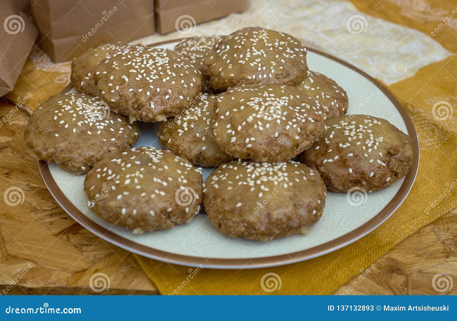 Verse cakes met seasamebroodjes in de bakkerij