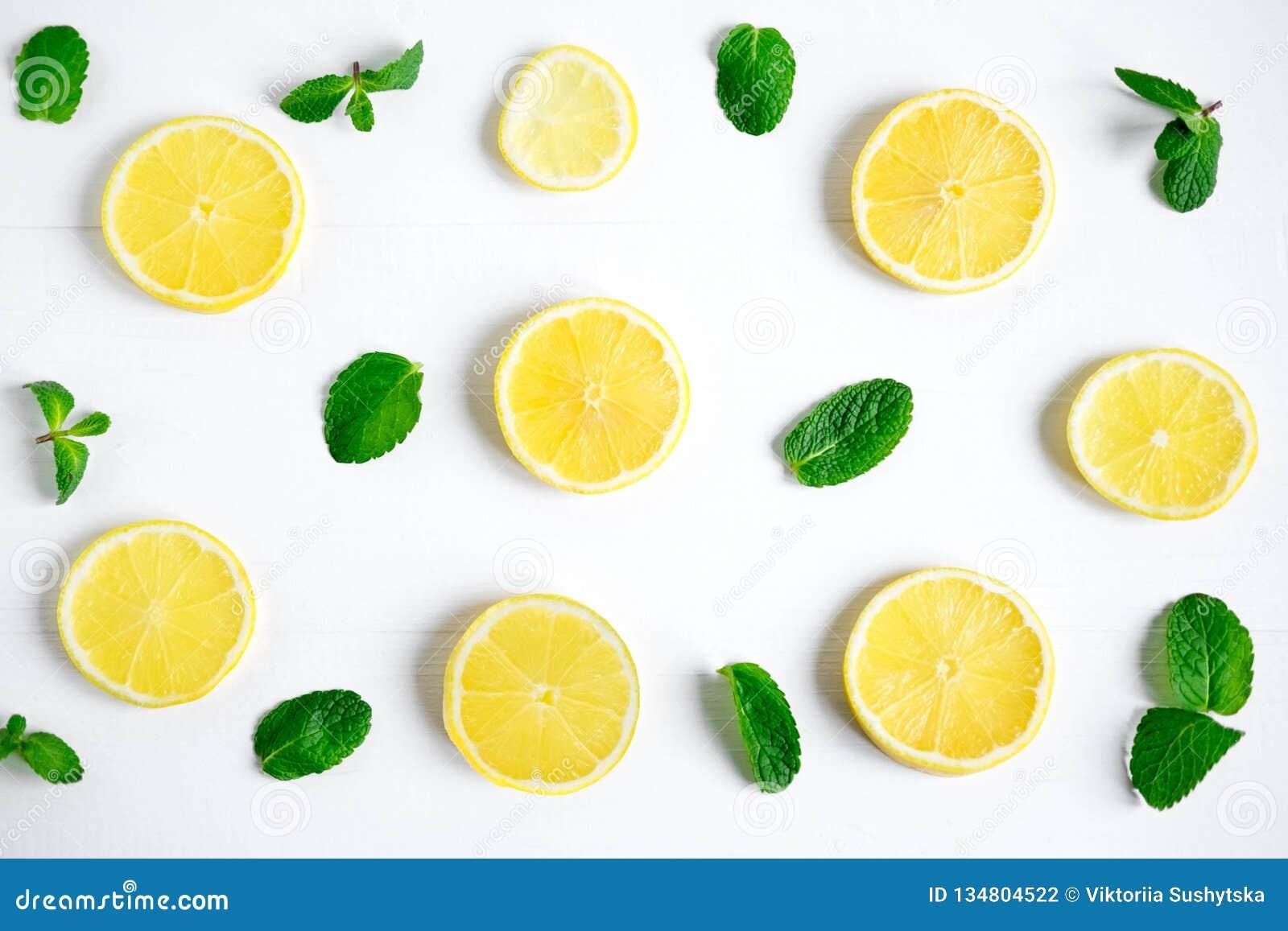 Verse citroenplakken op een witte achtergrond Achtergrond met citroen en munt Mooie foto met citrusvrucht Vitamine C Citroen en V