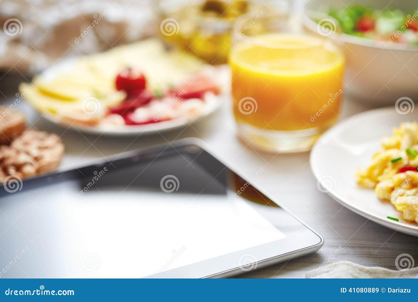 Verse continentale ontbijttablet, het zwarte scherm, selectieve foc