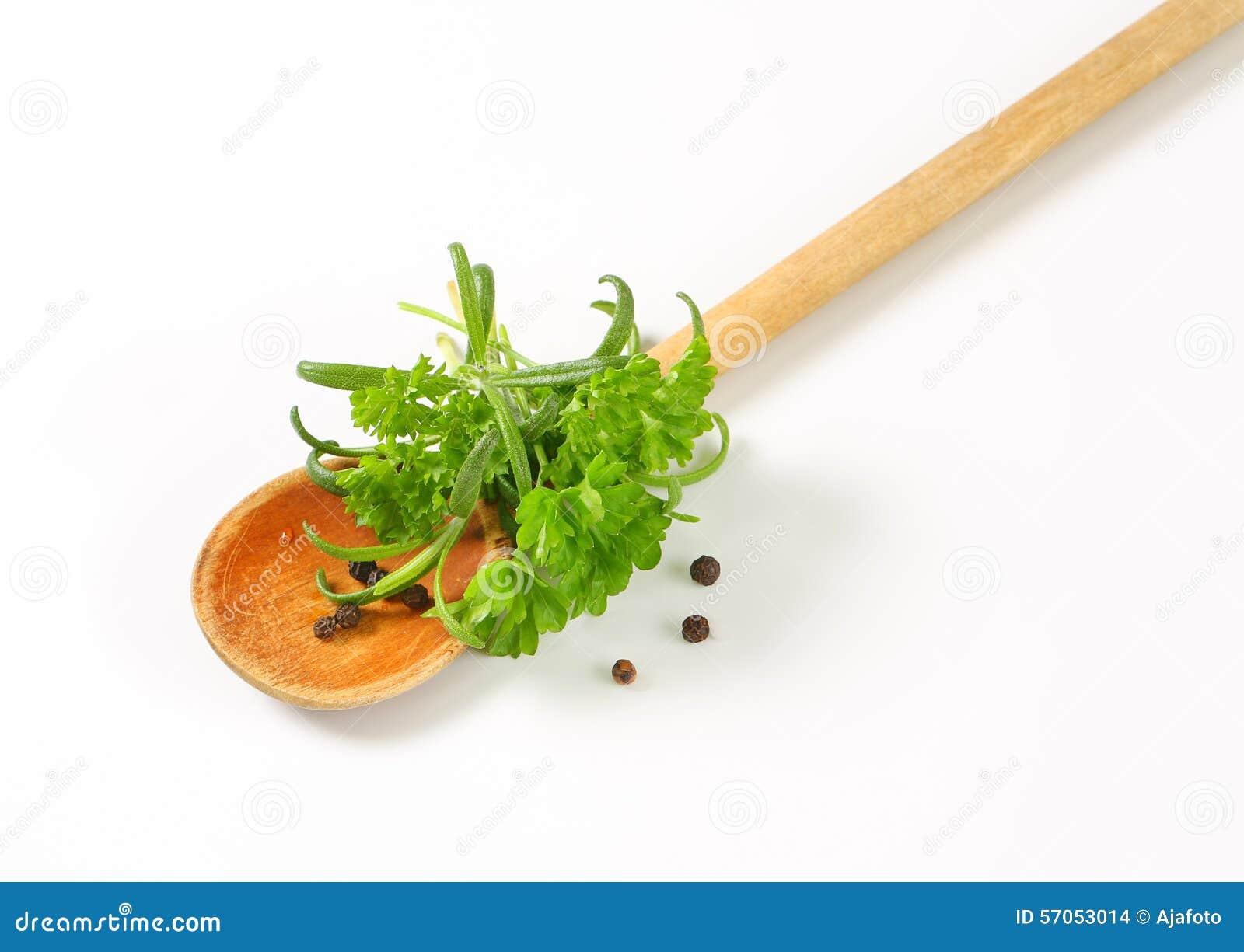 Verse culinaire kruiden en zwarte peperbollen