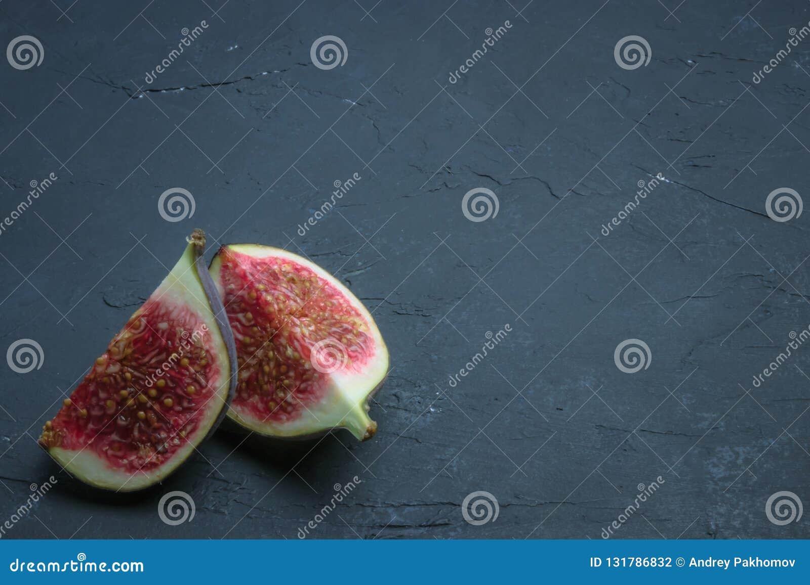 Verse die fig. in plakken worden gesneden fig.close-up op zwart beton Plaats voor tekst Het fruit van het dieet