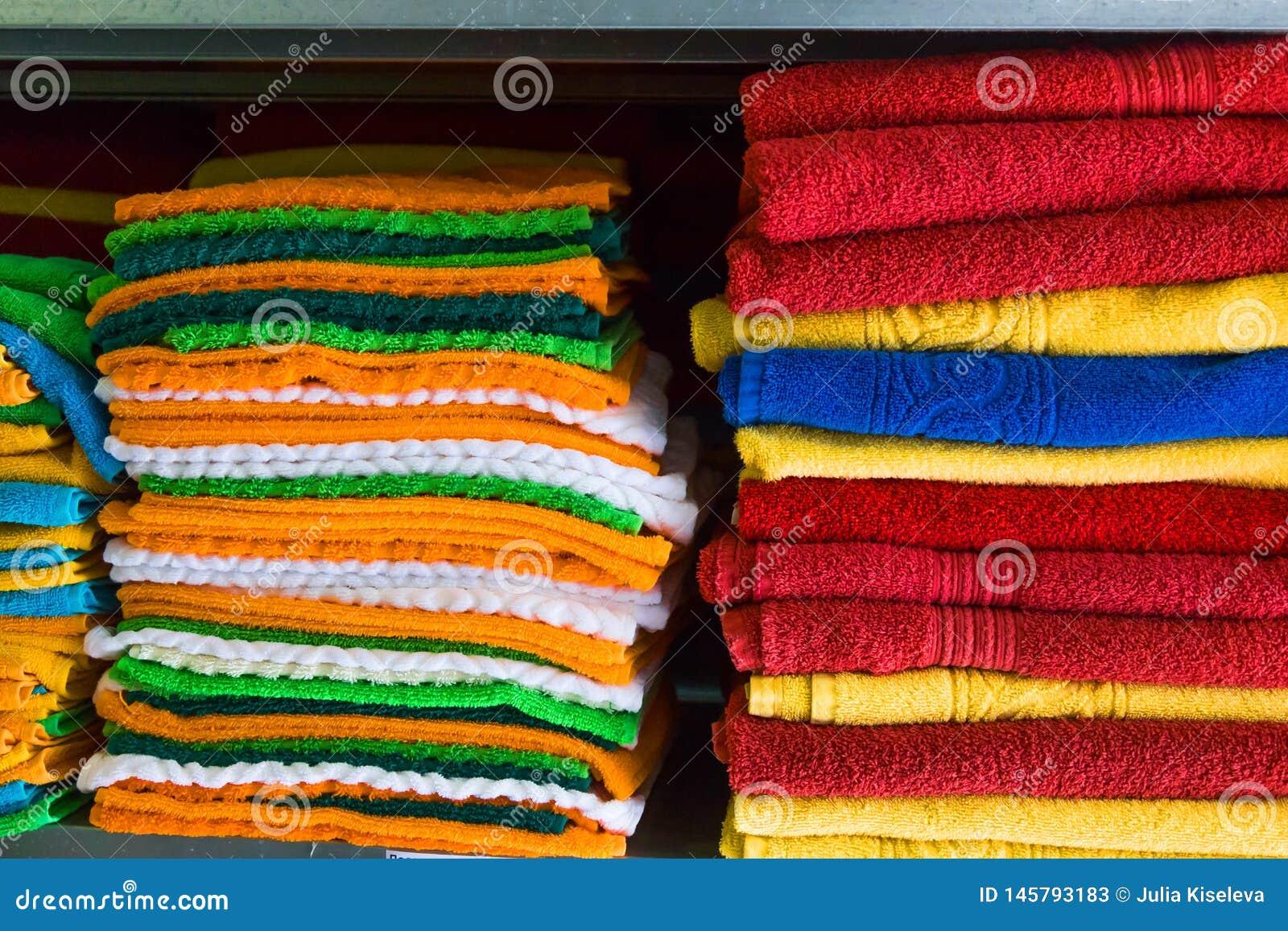 Verse die Hotelhanddoeken op een Plank worden gevouwen en worden gestapeld