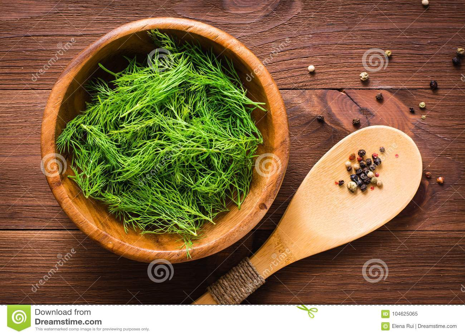 Download Verse Dille In Een Kom En Lepel Met Peperbollen Stock Afbeelding - Afbeelding bestaande uit kruid, tuin: 104625065