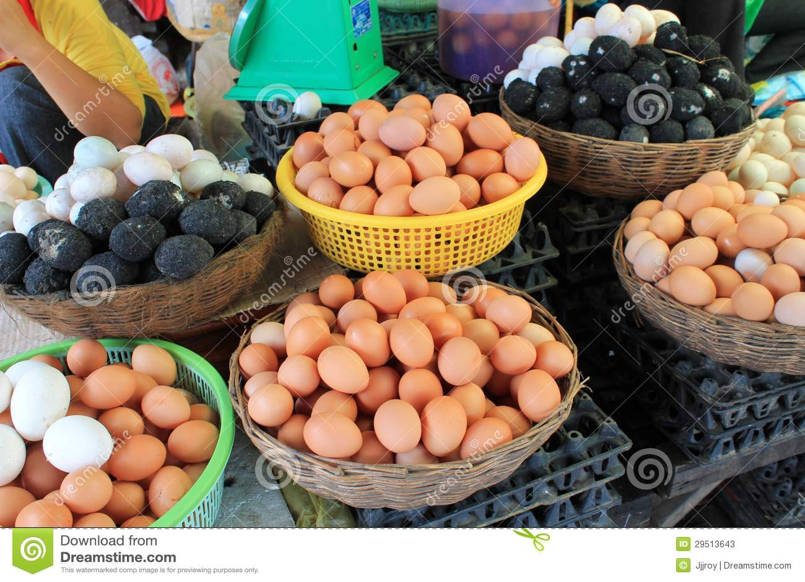 Verse eieren bij een markt in Kambodja