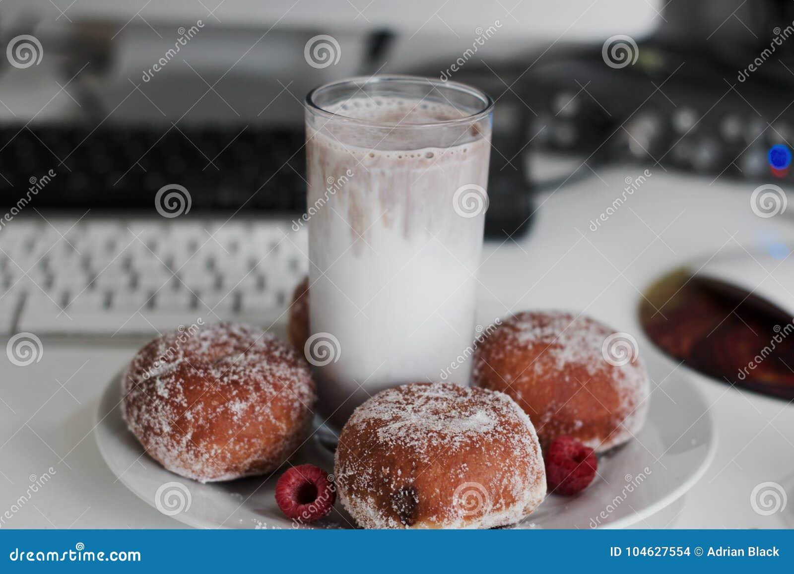 Download Verse En Smakelijke Doughnuts Stock Foto - Afbeelding bestaande uit cacao, lunch: 104627554