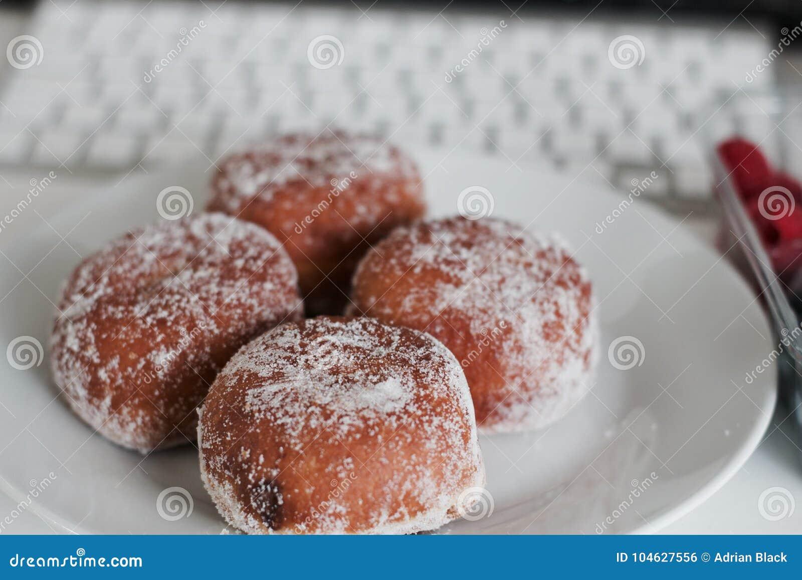 Download Verse En Smakelijke Doughnuts Stock Foto - Afbeelding bestaande uit cacao, zoet: 104627556