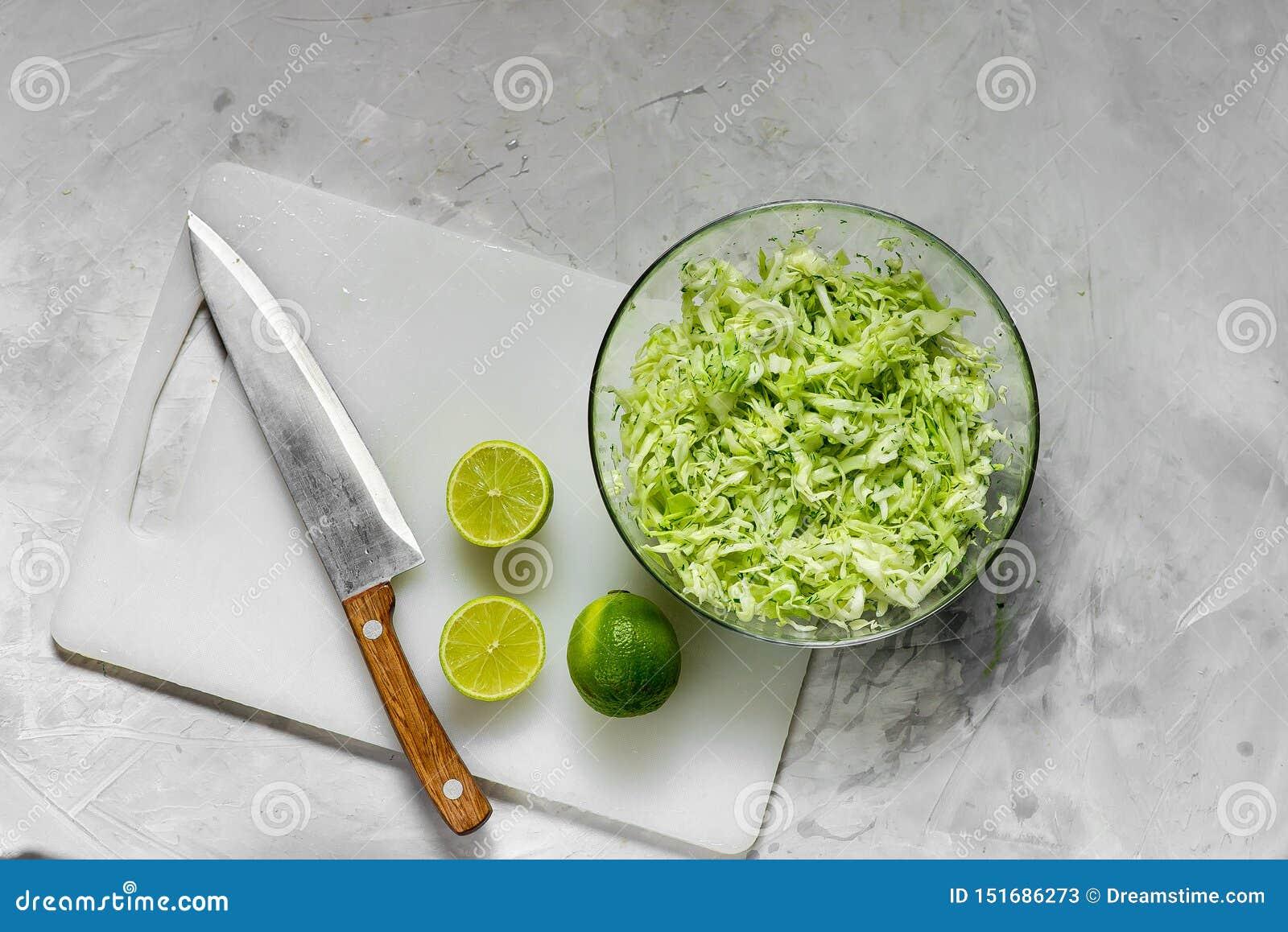 Verse gehakte kool voor salade en plakken van verse kalk