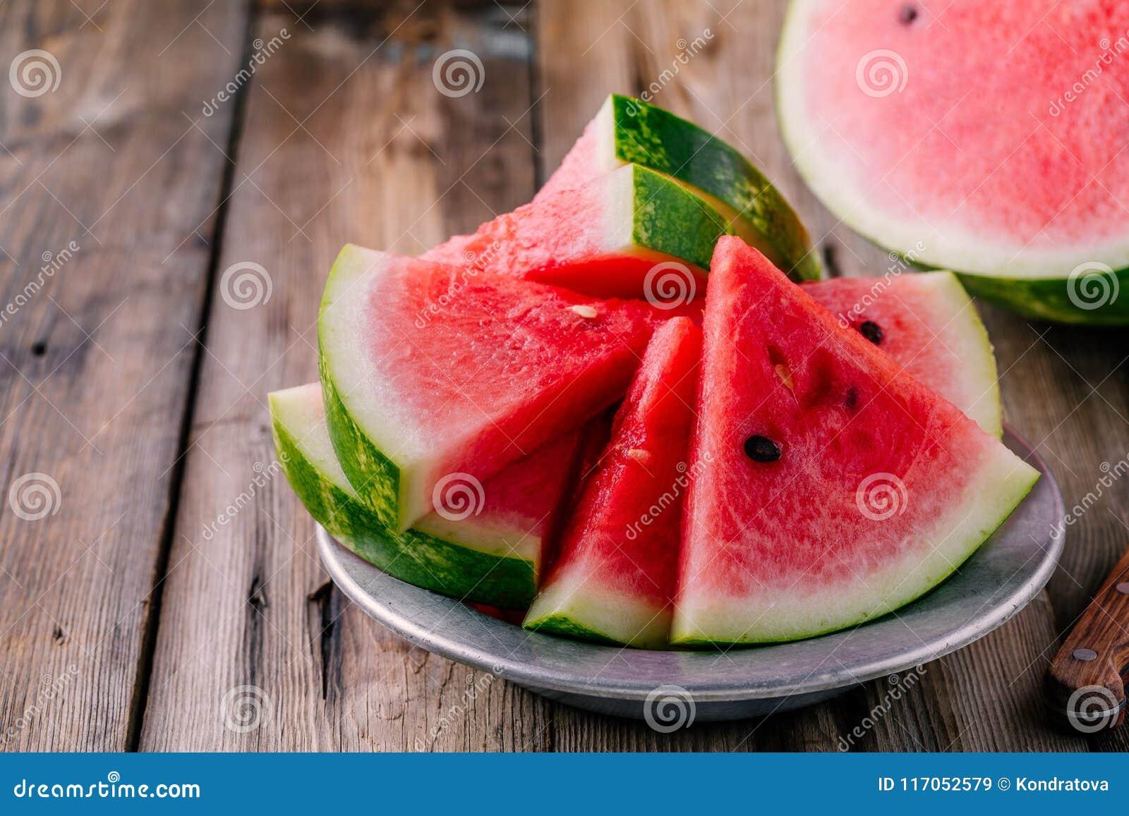 Verse gesneden watermeloen op houten rustieke achtergrond
