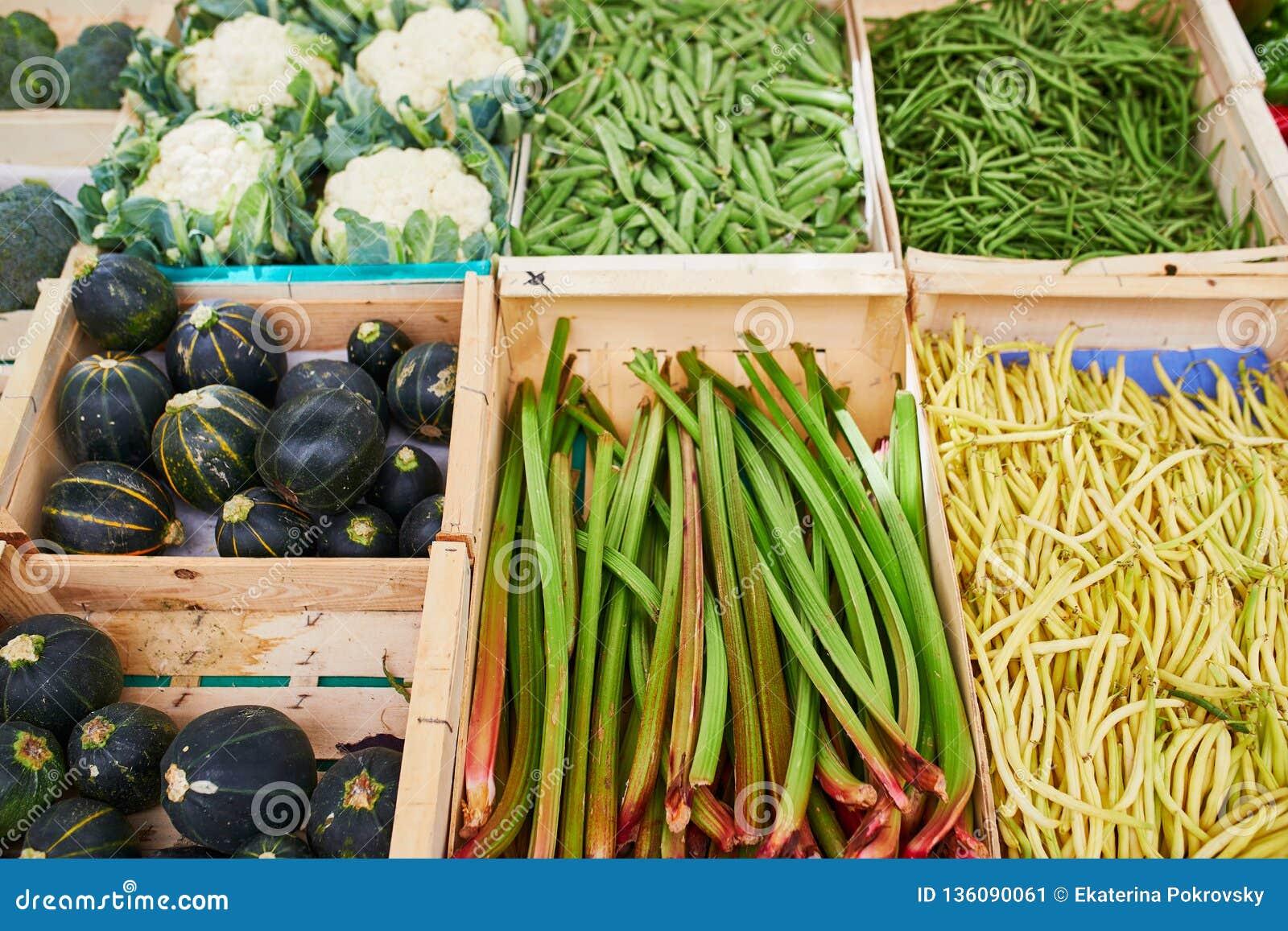 Verse gezonde biovruchten en groenten op landbouwersmarkt