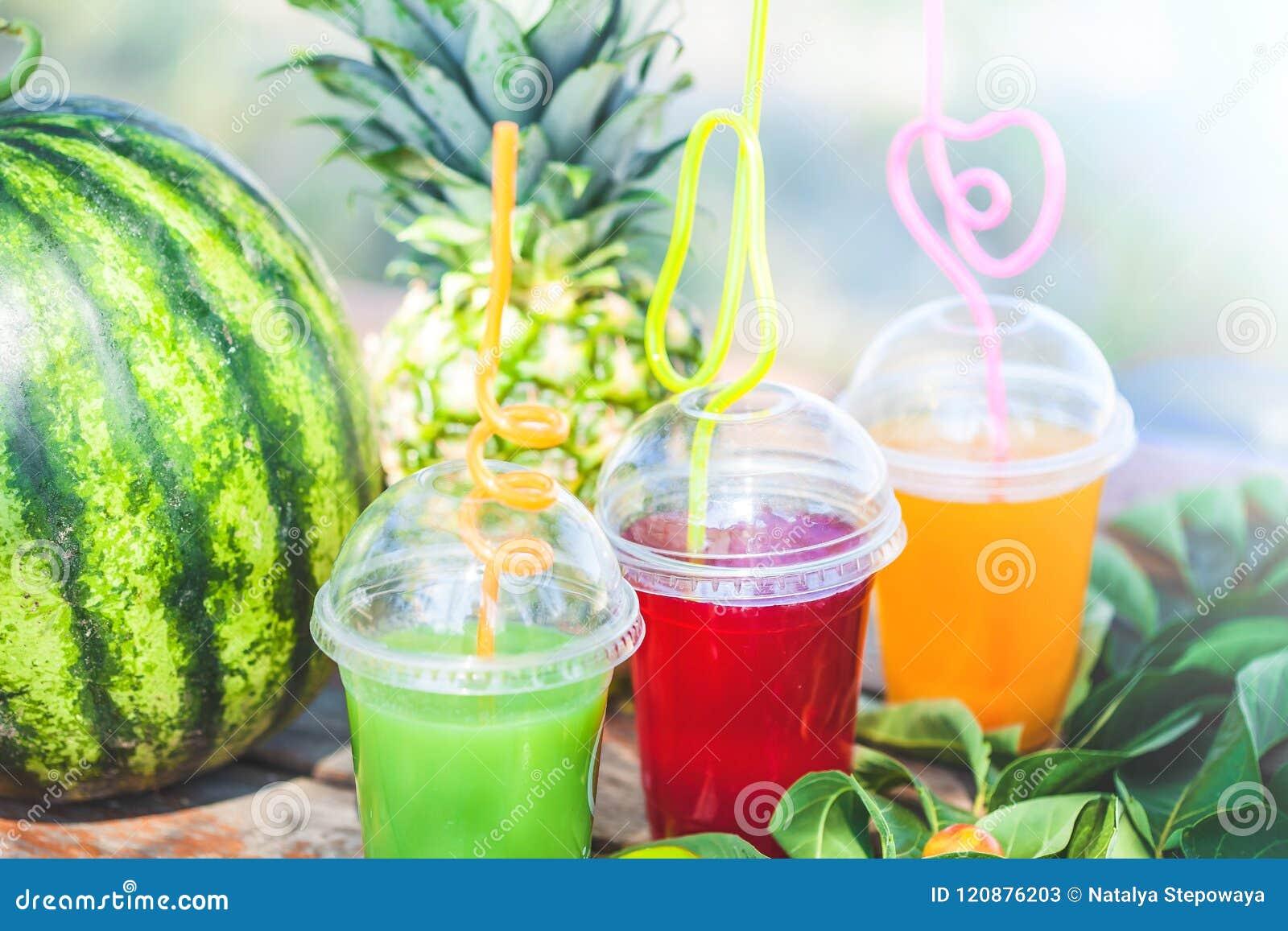 Verse gezonde sappen, fruit, ananas, watermeloen op de achtergrond van het overzees De zomer, rust, gezond levensstijlexemplaar