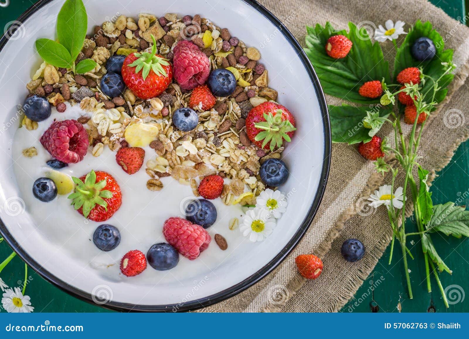 Verse granola met yoghurt en bessen