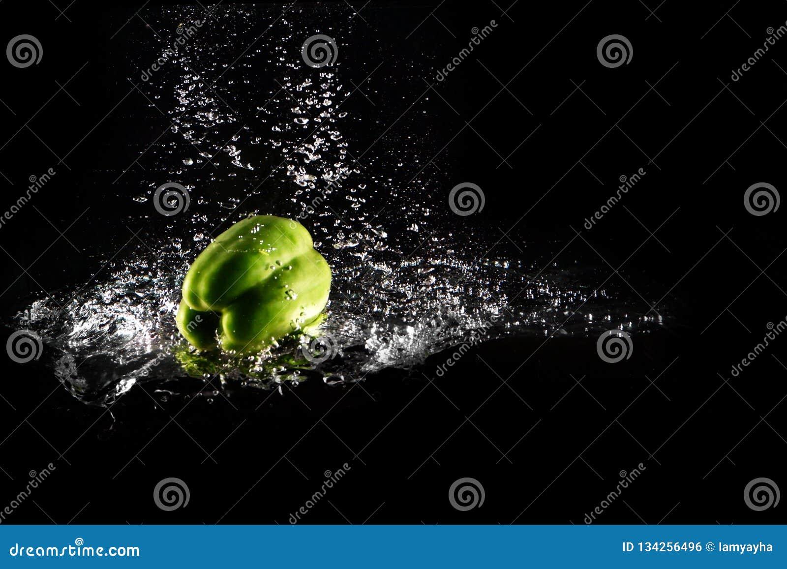 Verse Groene Groene paprika met Waterplons en Geïsoleerde Bel De Ruimte van het peperexemplaar Sappige Groene Paprika Dropped Fal