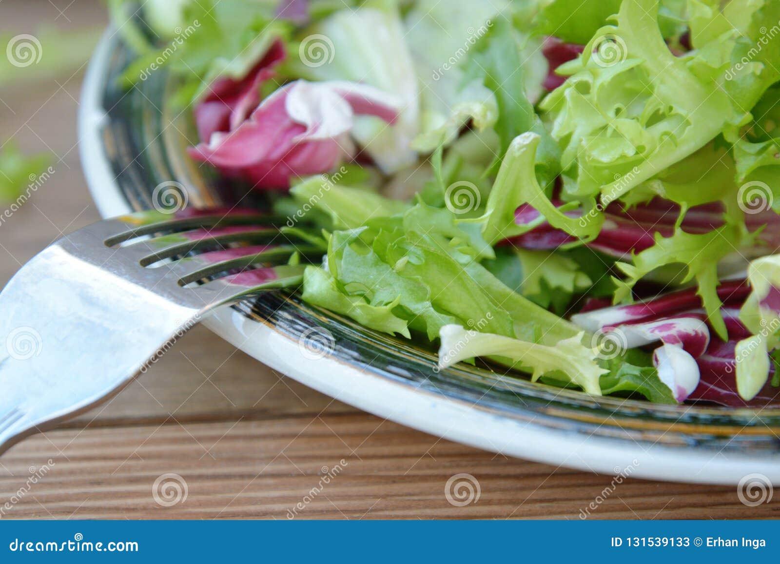 Verse groene saladeplaat, met spinazie, arugula, snijsla en sla Gezond voedsel Houten lijst