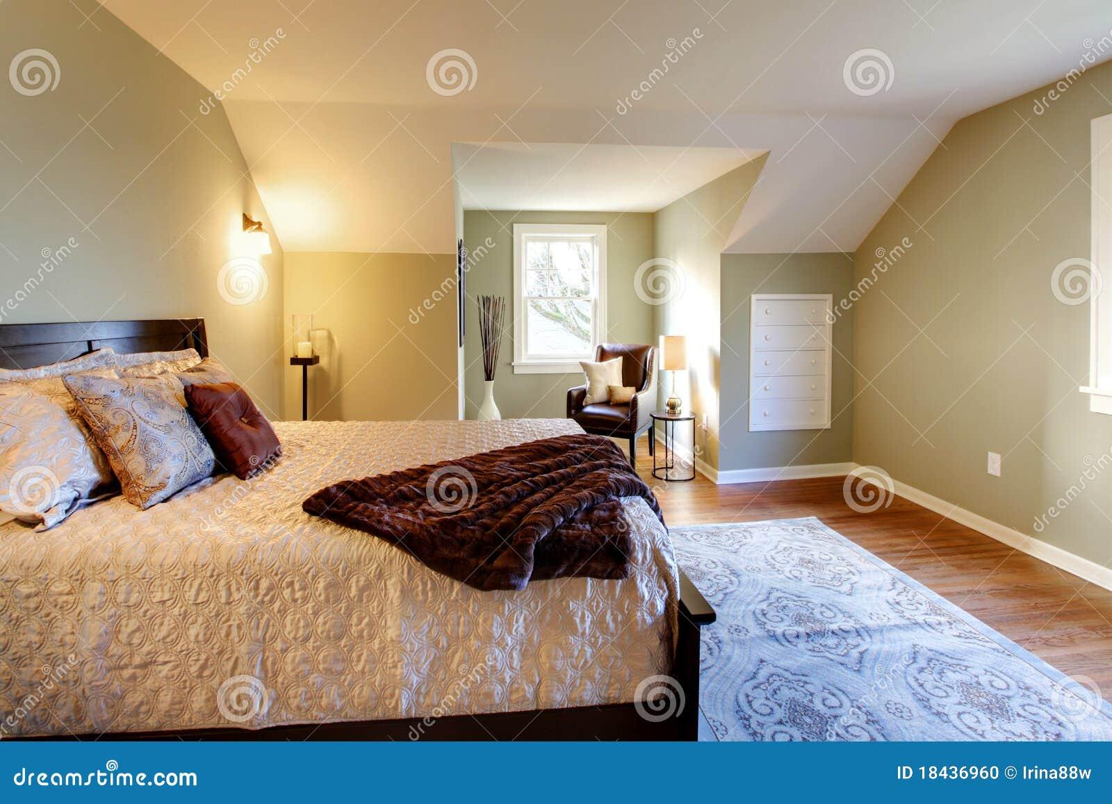 Slaapkamer Groen Wit : Verse groene slaapkamer met modern bruin bed stock foto