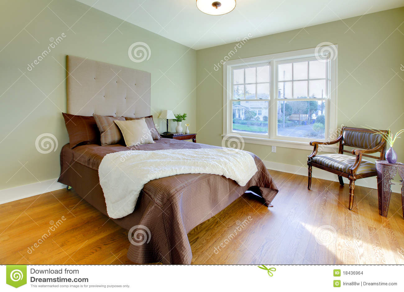 Verse Groene Slaapkamer Met Modern Bruin Bed Stock Afbeeldingen ...
