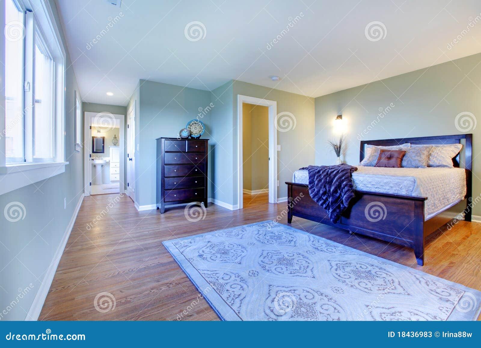 Slaapkamer Groen Bruin : Verse groene slaapkamer met modern bruin bed stock afbeelding