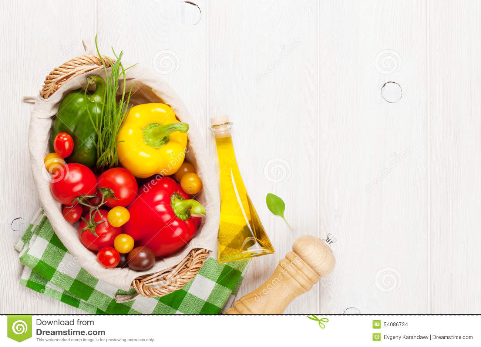 Verse groenten en specerijen op houten lijst