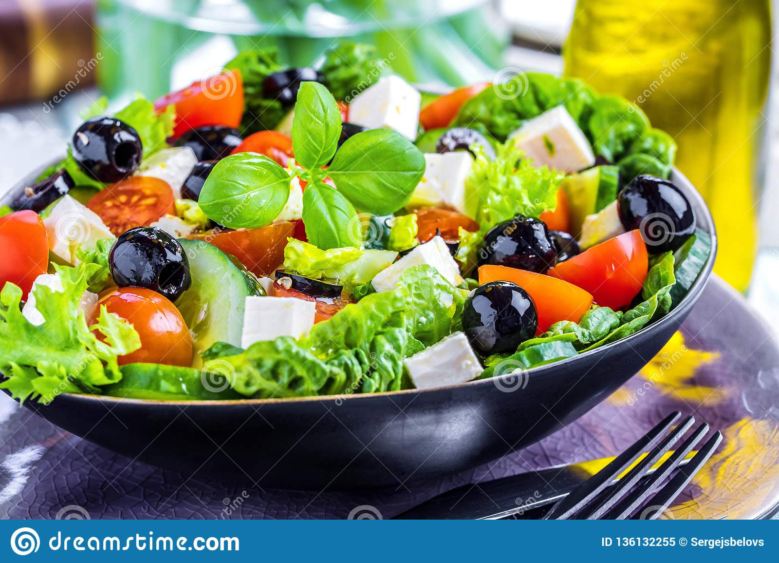 Verse groenten Griekse salade Gezond voedsel op houten achtergrond