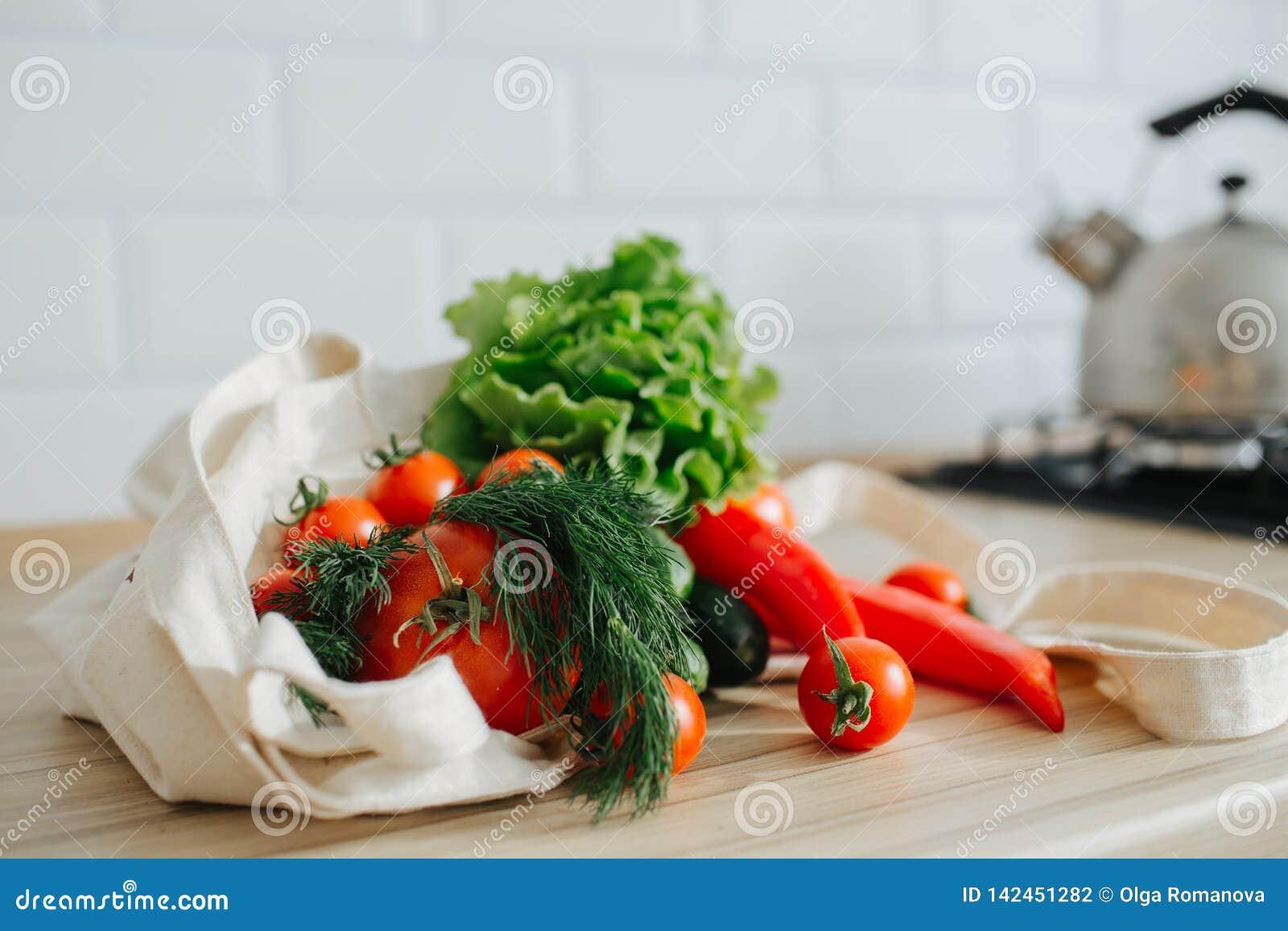Verse groenten in linnenzak