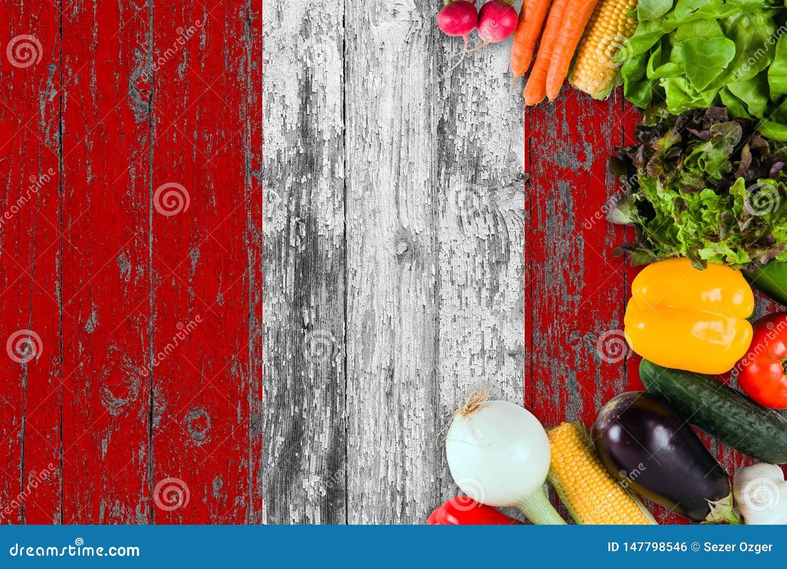 Verse groenten van Peru op lijst Het koken concept op houten vlagachtergrond