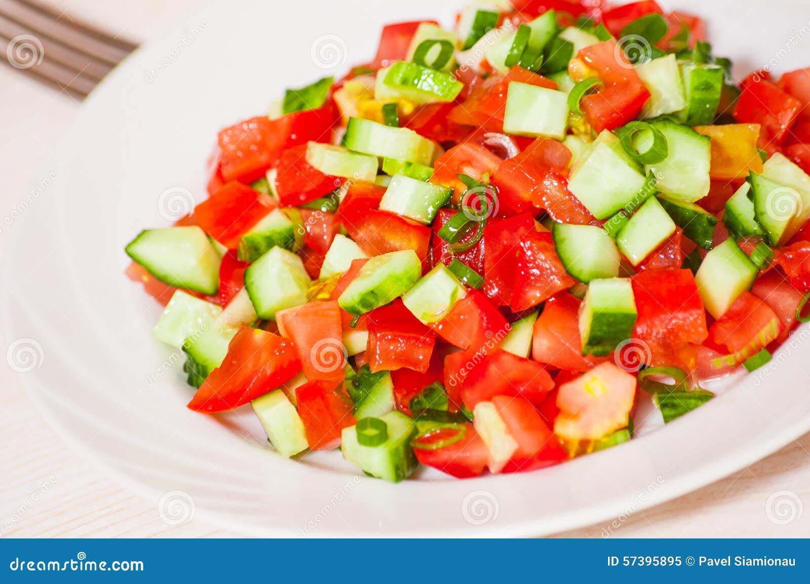 Verse groentesalade met tomaat, komkommer en groene ui