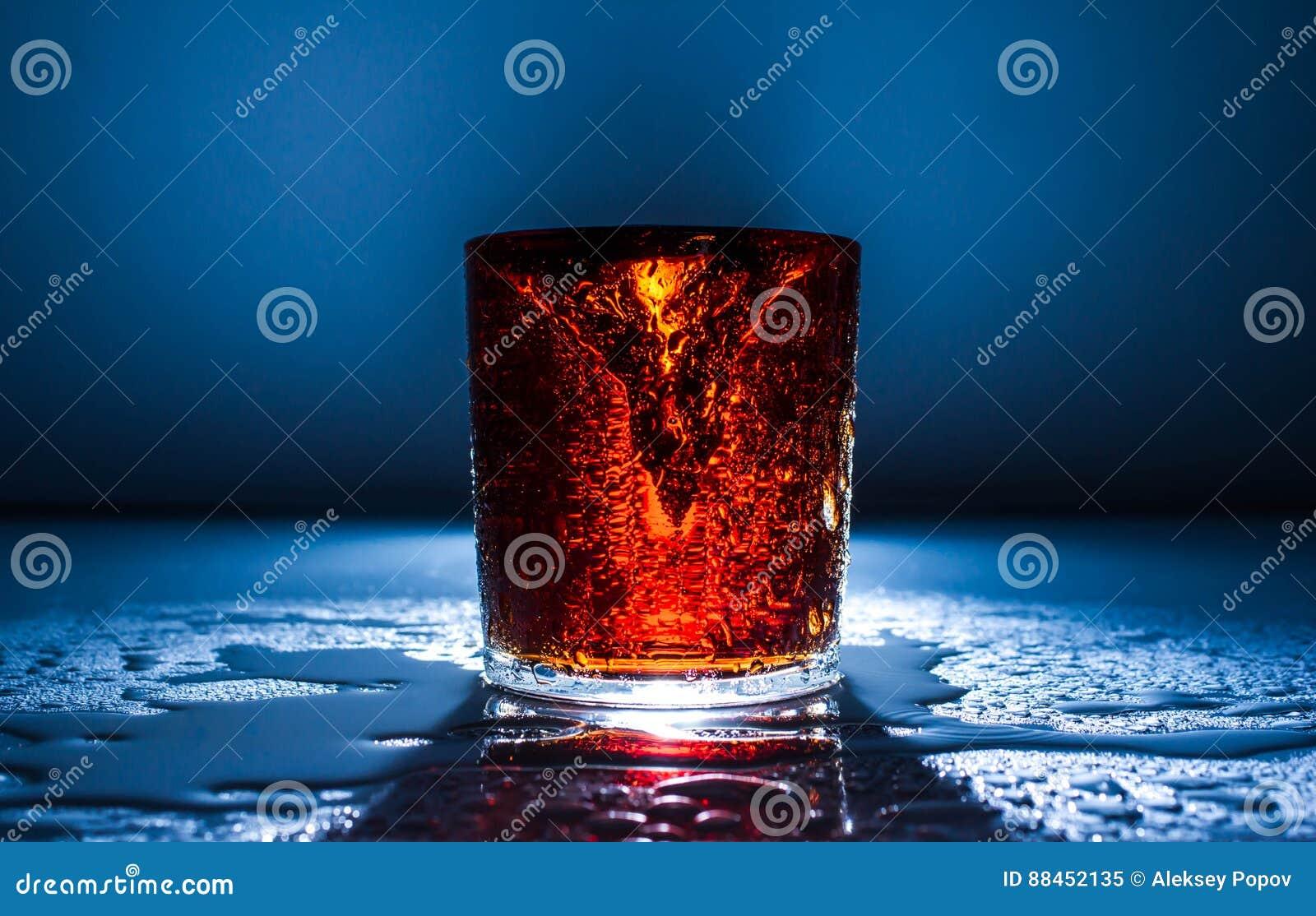 Verse koud drinkt van de de brandbeweging van de wateractie gezond de plonsfruit,