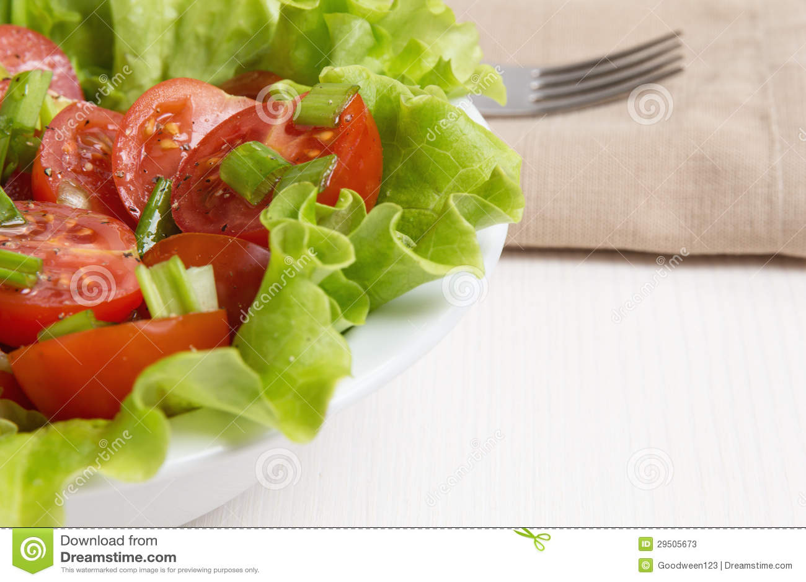 Verse lichte salade met kersentomaten en bieslook